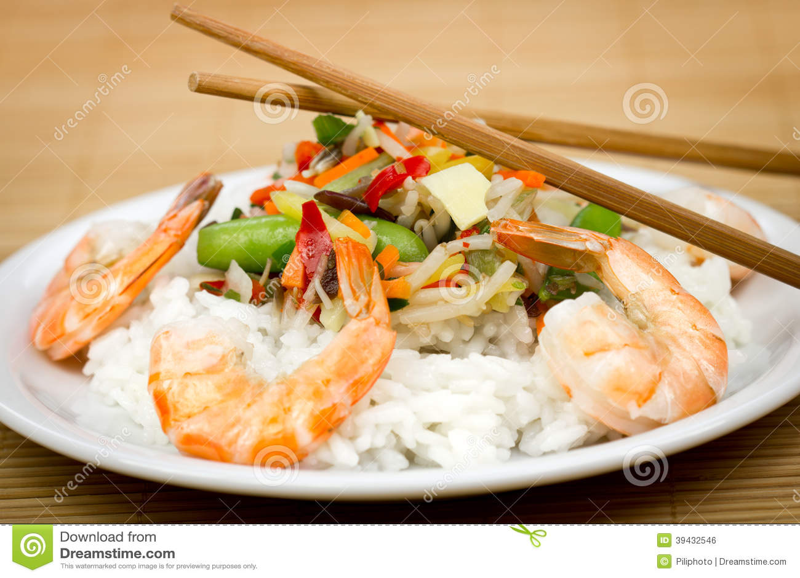 Crevettes et riz du plat avec des l gumes photo stock for Decoration de plat avec des legumes