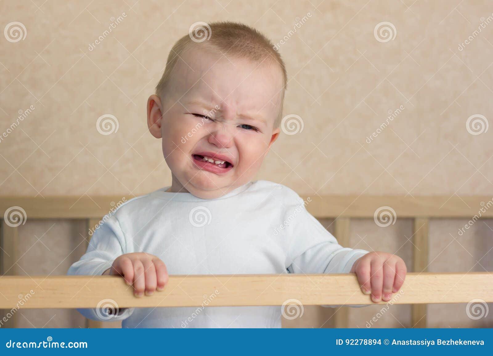 Cri de bébé dans le berceau