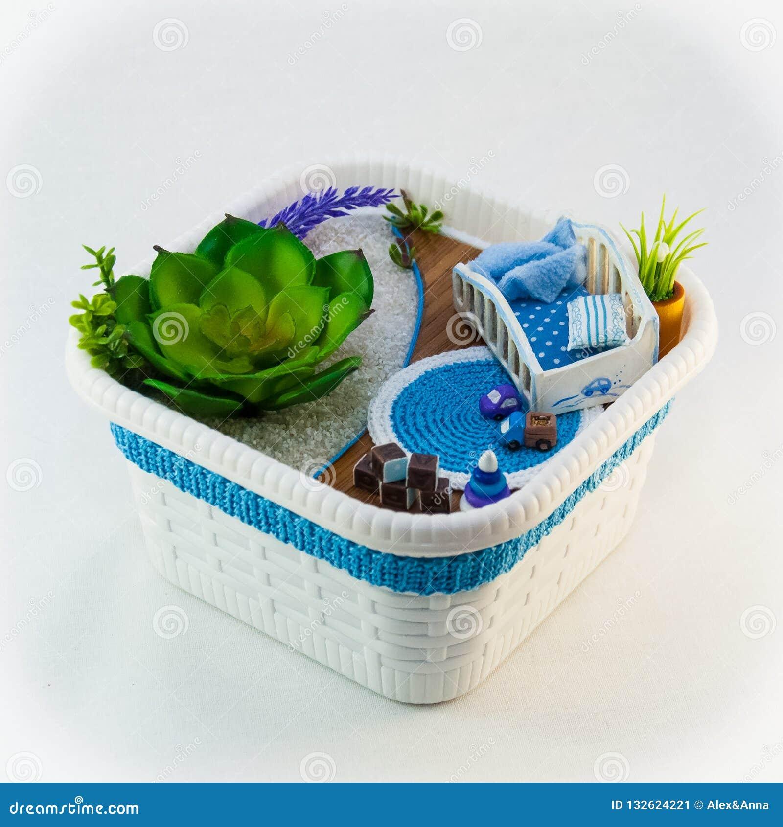 Criada de la mano, un cuarto azul del juguete de la afición con una choza para el bebé