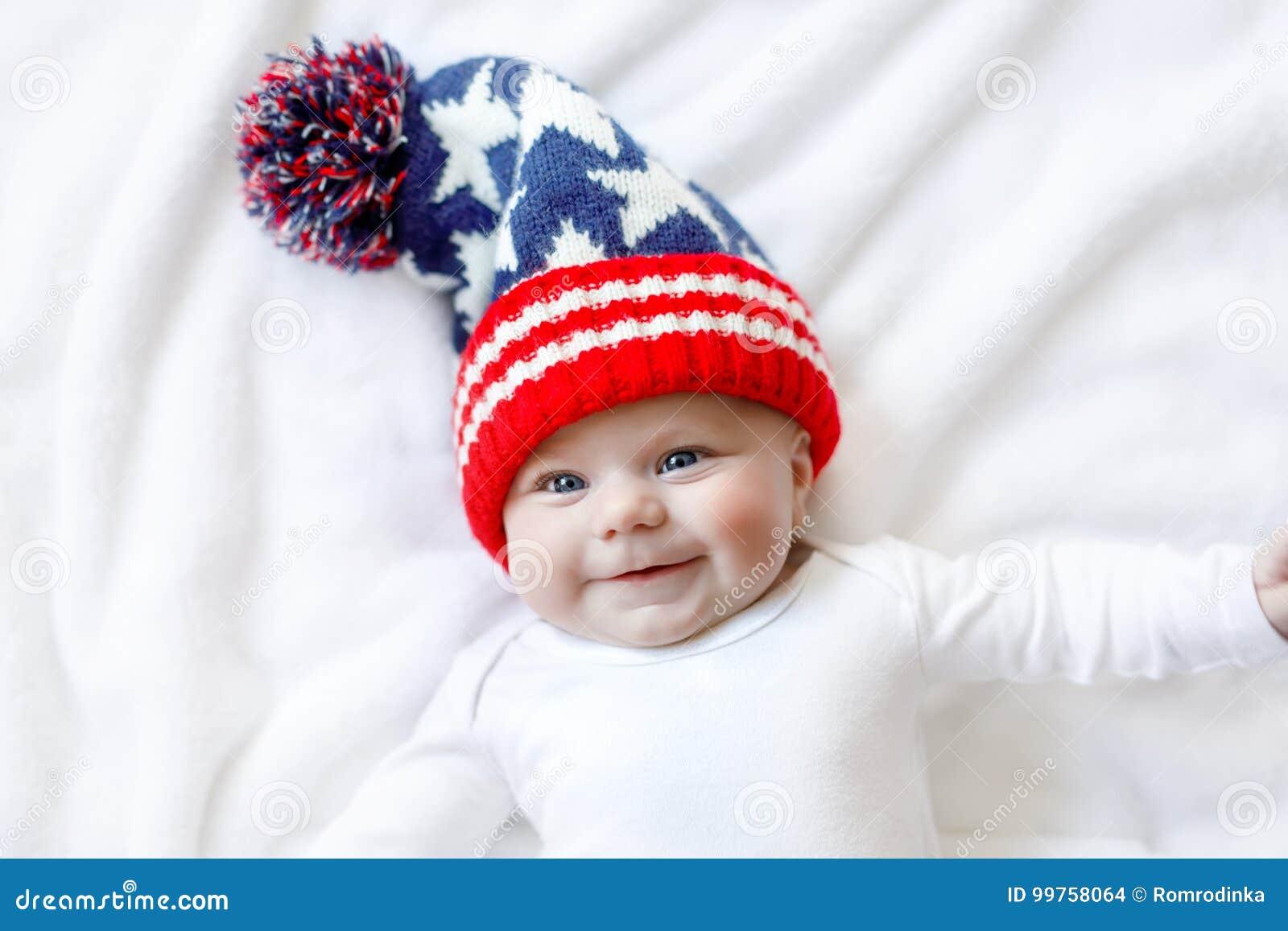 Criança adorável bonito do bebê com o tampão do inverno do Natal no fundo  branco b95a111063d