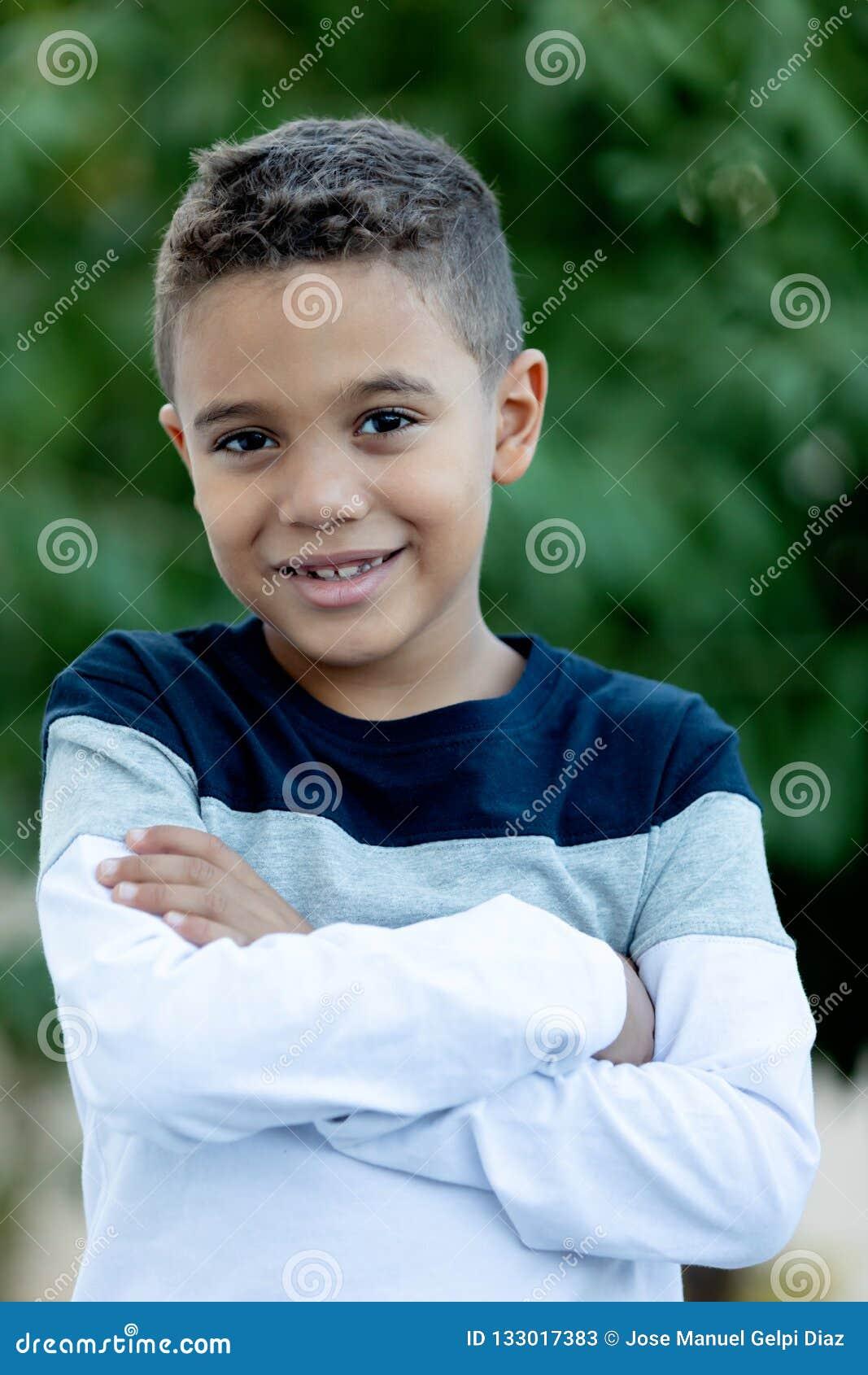 Criança adorável do latino no jardim