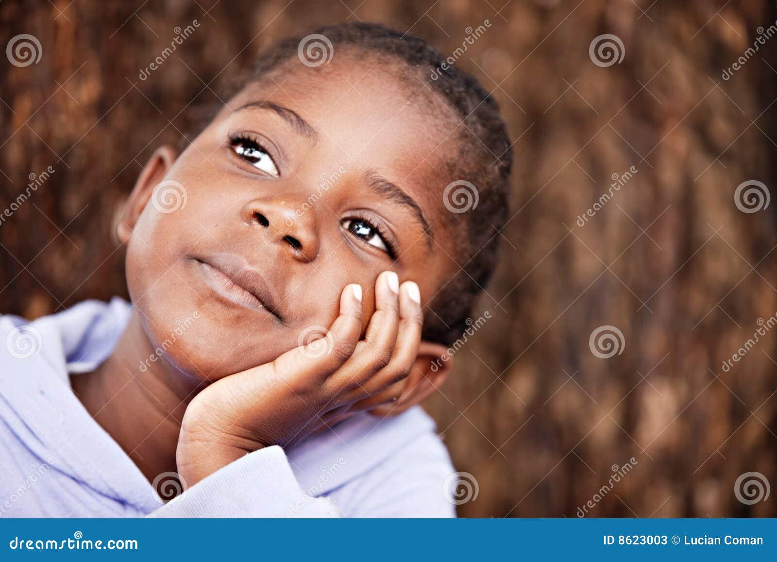 Criança africana sonhadora