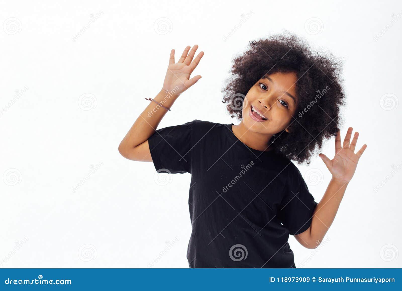 Criança afro-americano Pre-adolescente que põe as mãos acima que estão brincalhão e felizes