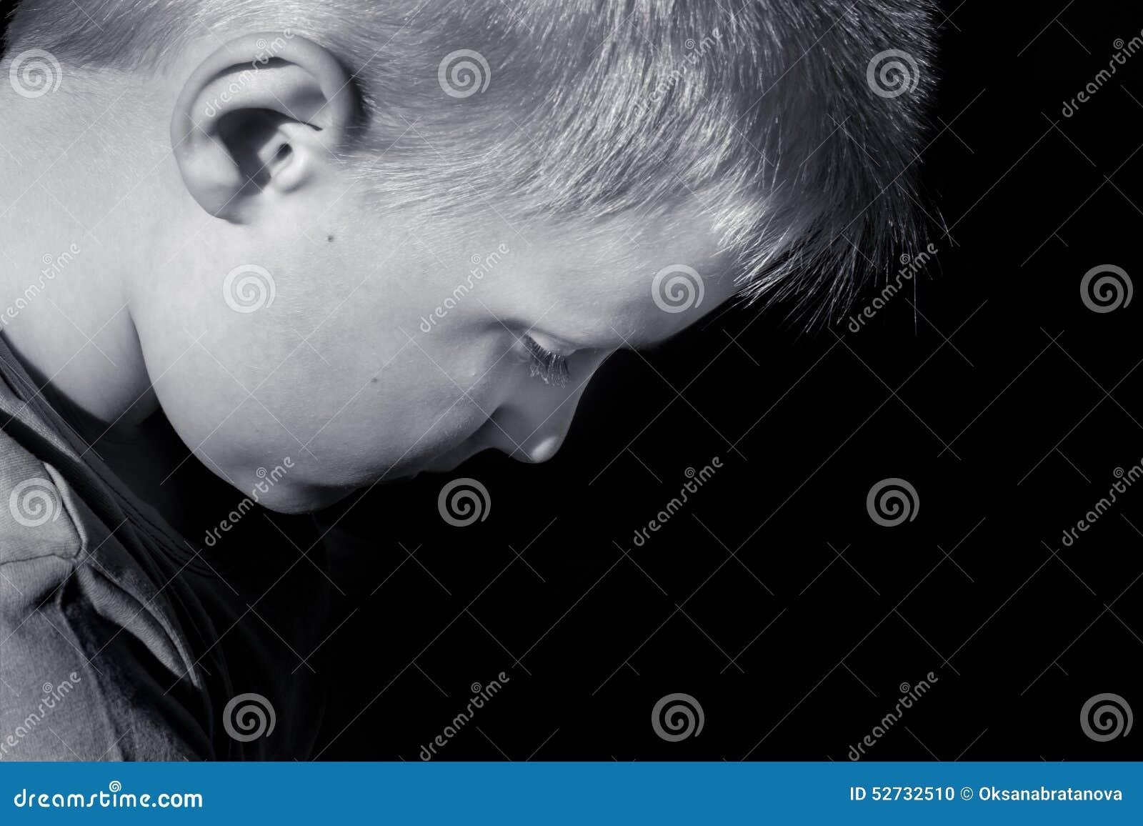 Criança amedrontada abusada virada (menino)