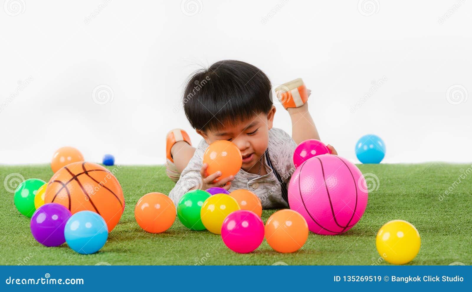 Criança asiática na sala de jogos