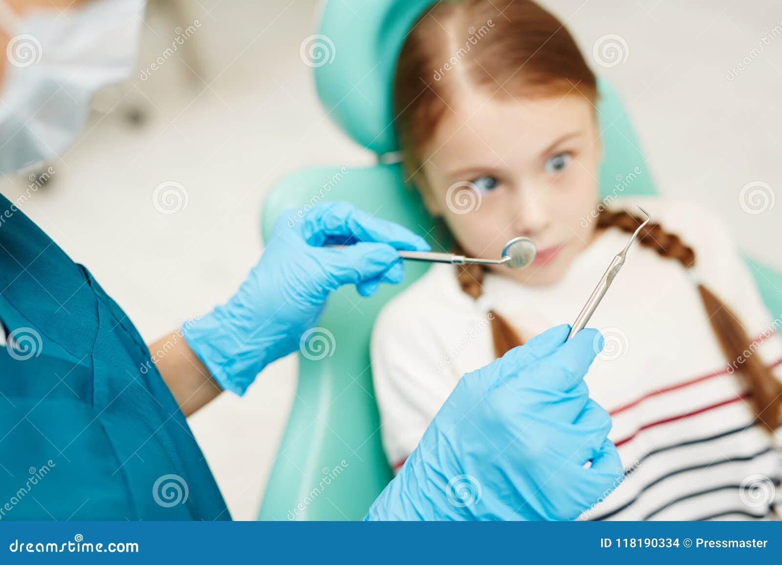 Criança assustado de dental