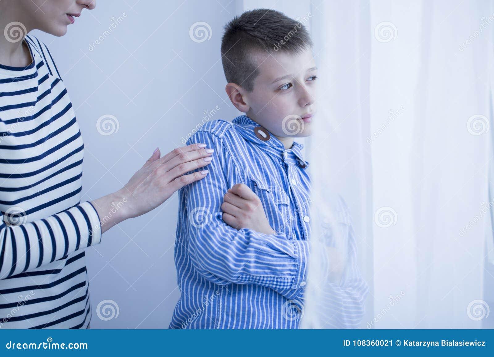Criança autística com hipersensibilidade