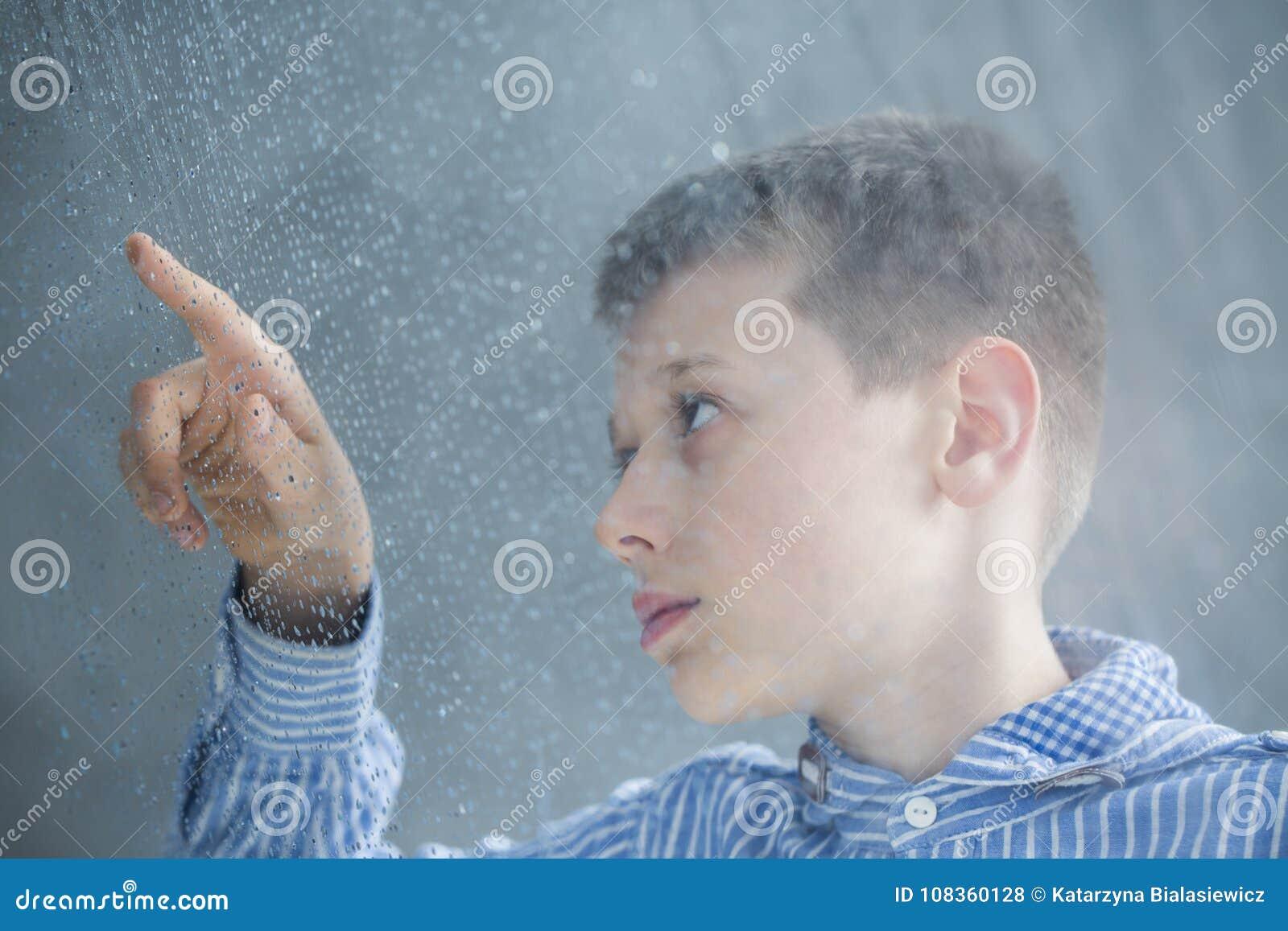 Criança autística que conta pingos de chuva