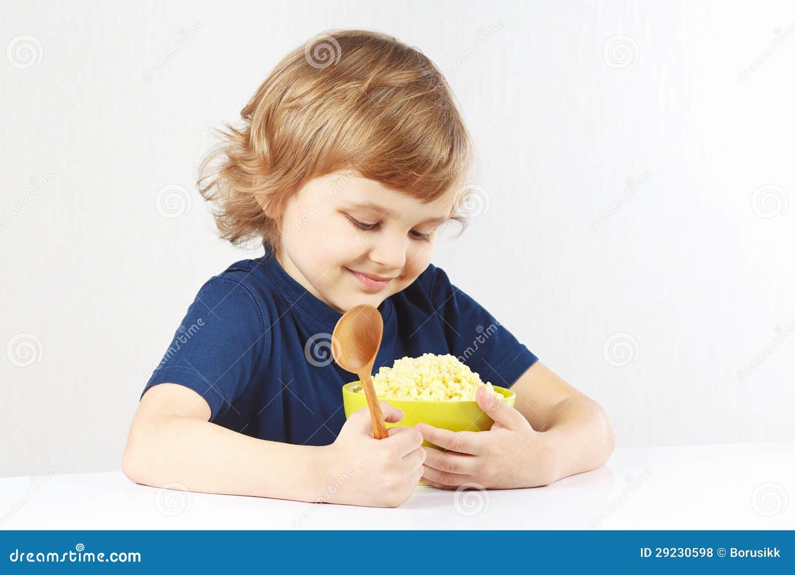 Download Criança Bonita Que Abraça A Bacia De Favorito Do Cereal Do Painço Foto de Stock - Imagem de fome, coma: 29230598