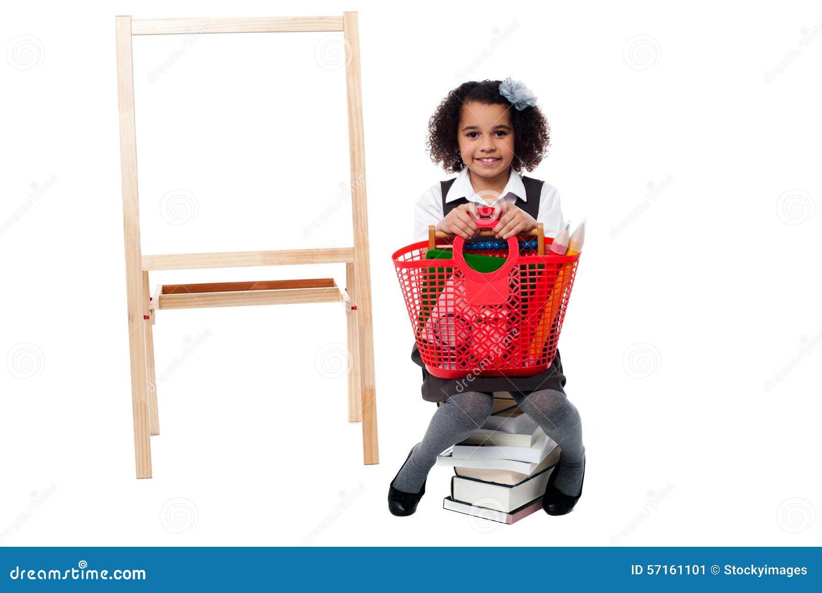 Criança bonita que levanta com cesta