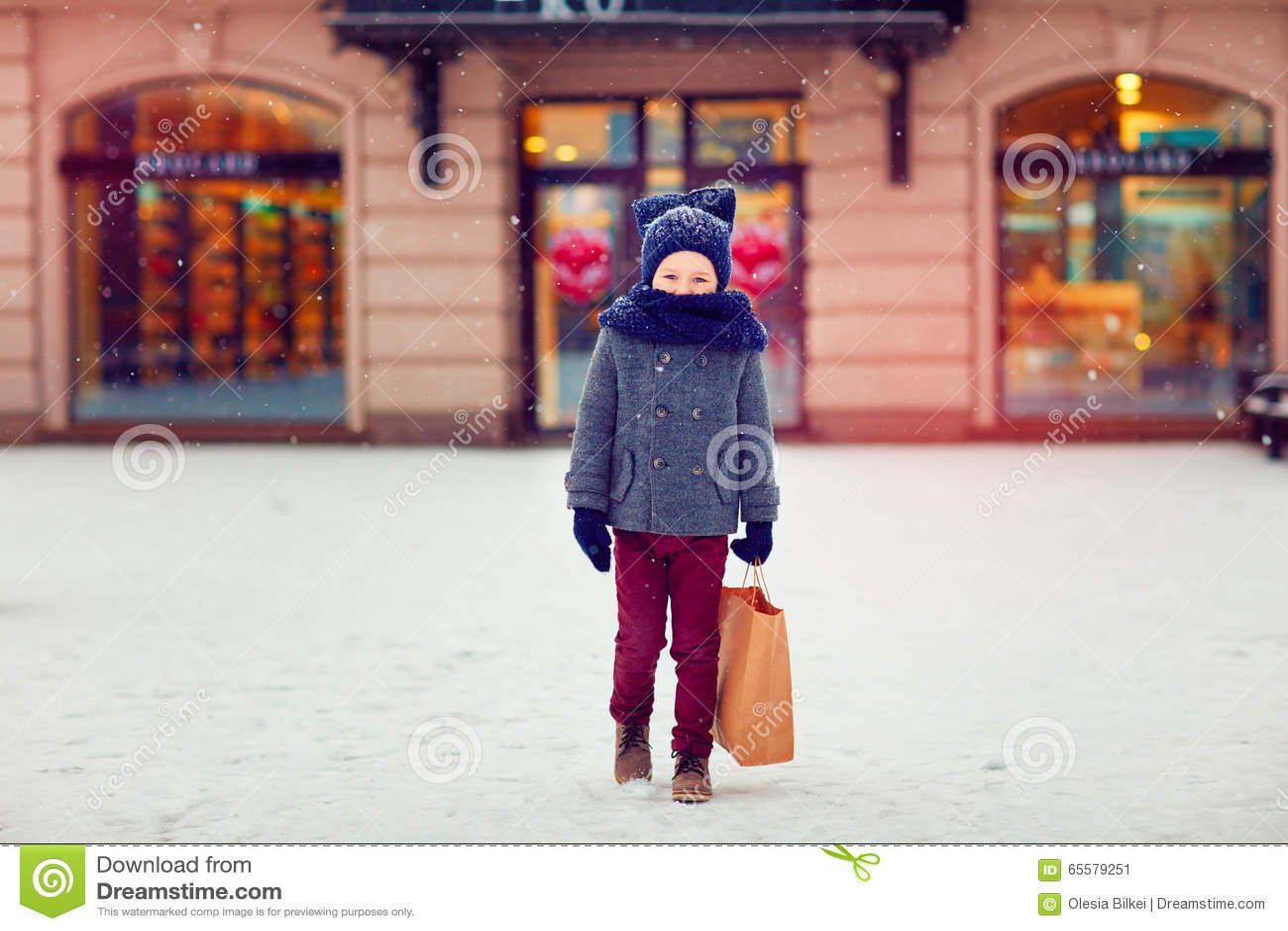Criança bonito na compra na estação do inverno