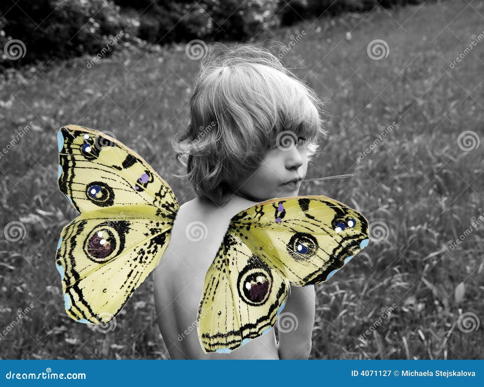 Criança com asas da borboleta