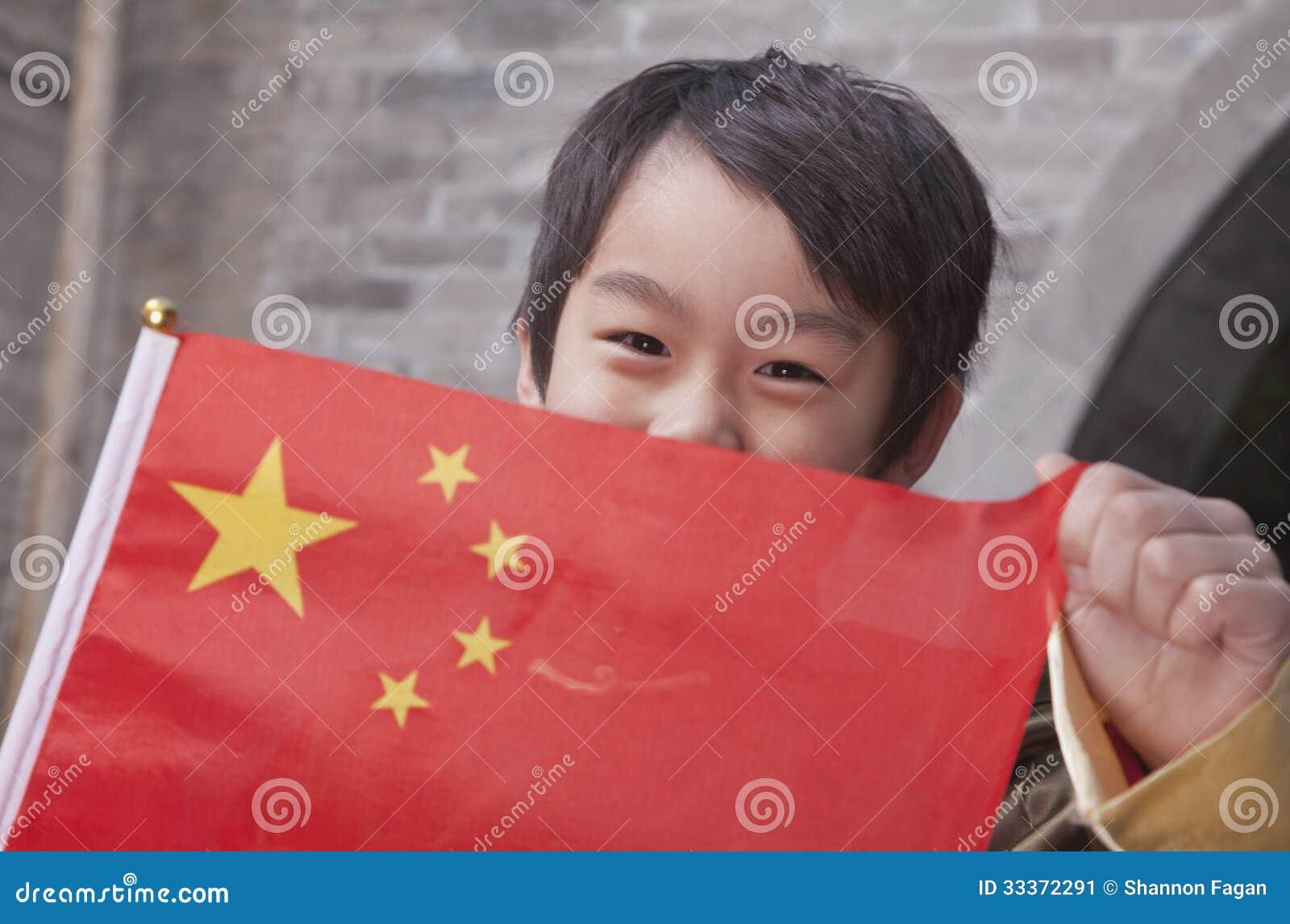 Criança com bandeira chinesa, retrato