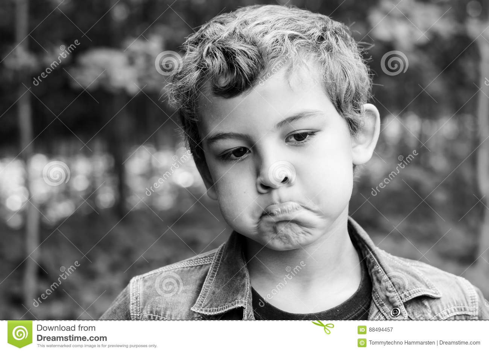 Criança com basebol do playin das expressões faciais