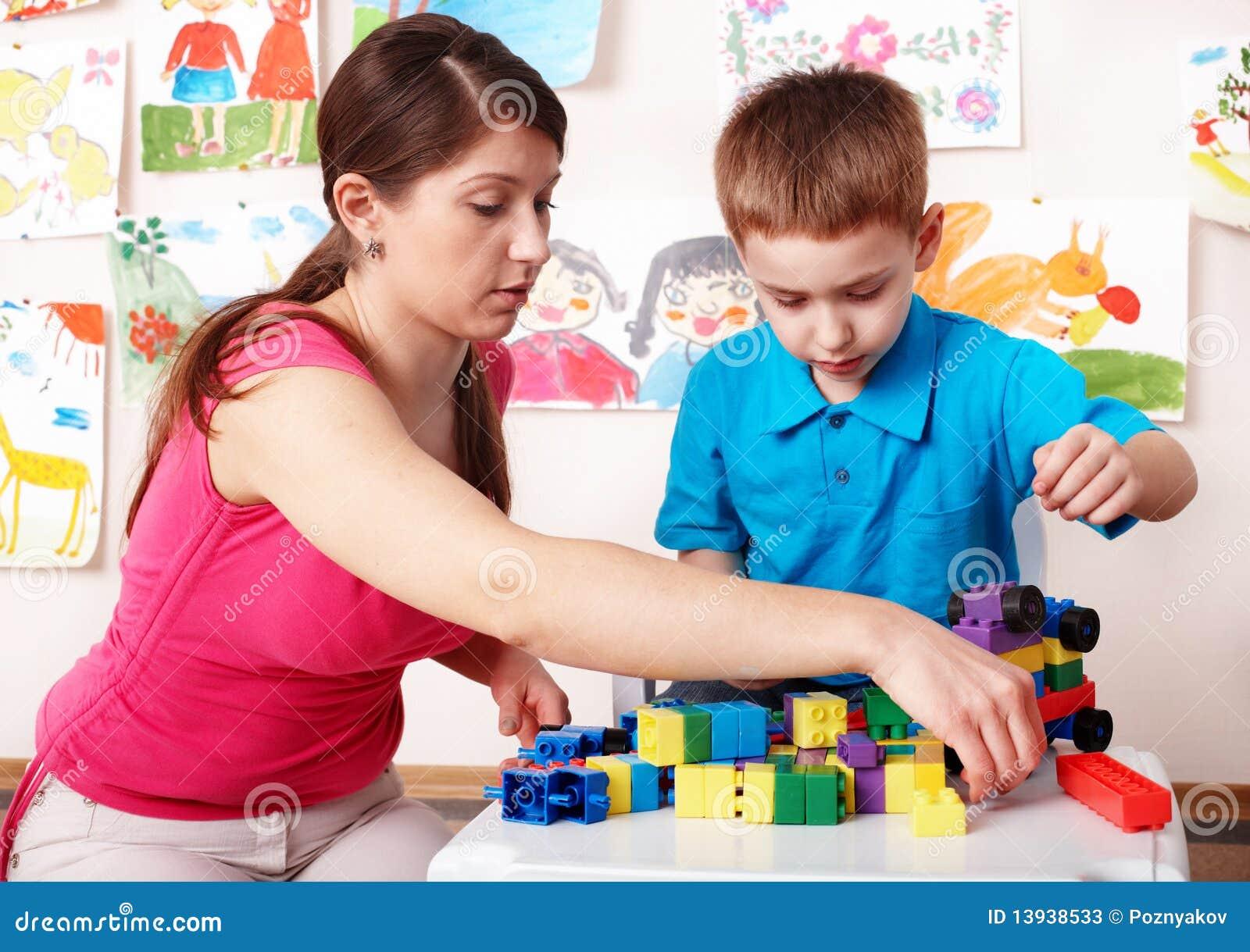 Criança com construção no quarto do jogo.