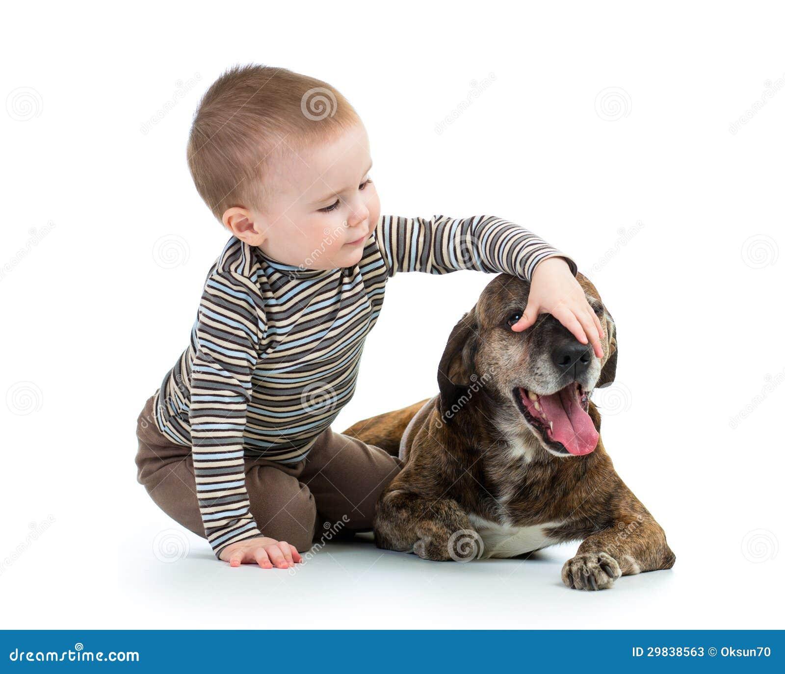 Menino do miúdo da criança com cão