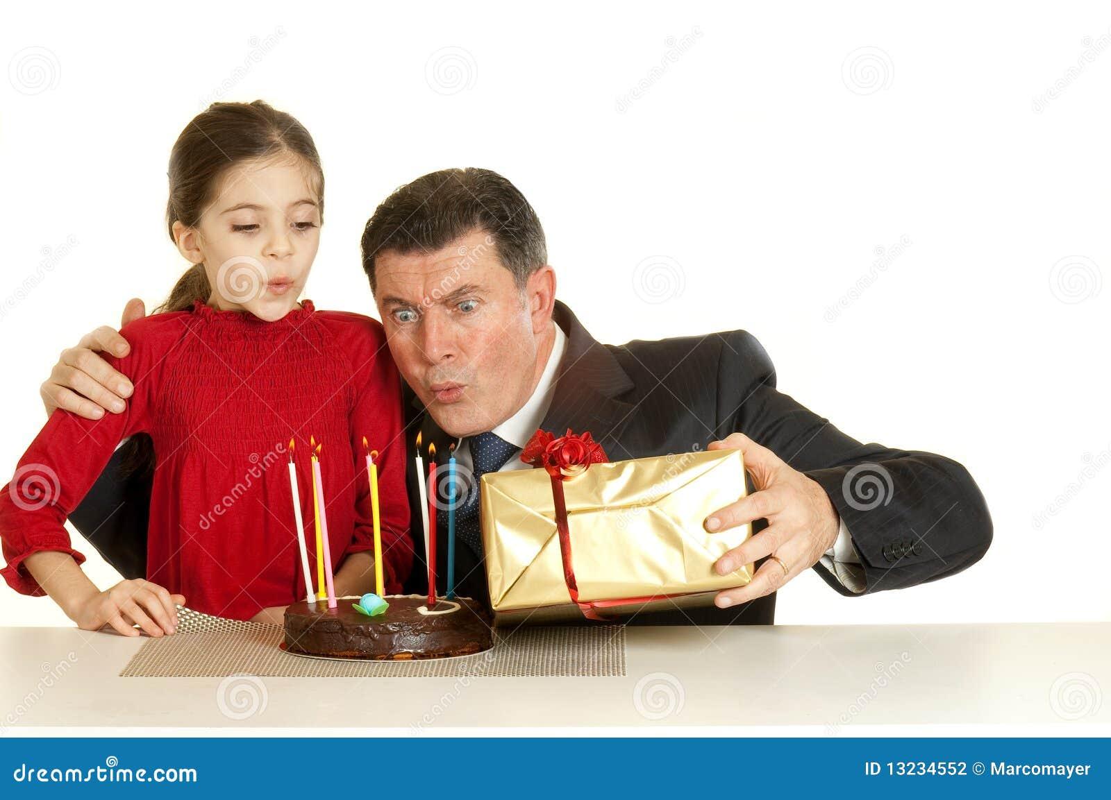 Criança com o pai na festa de anos