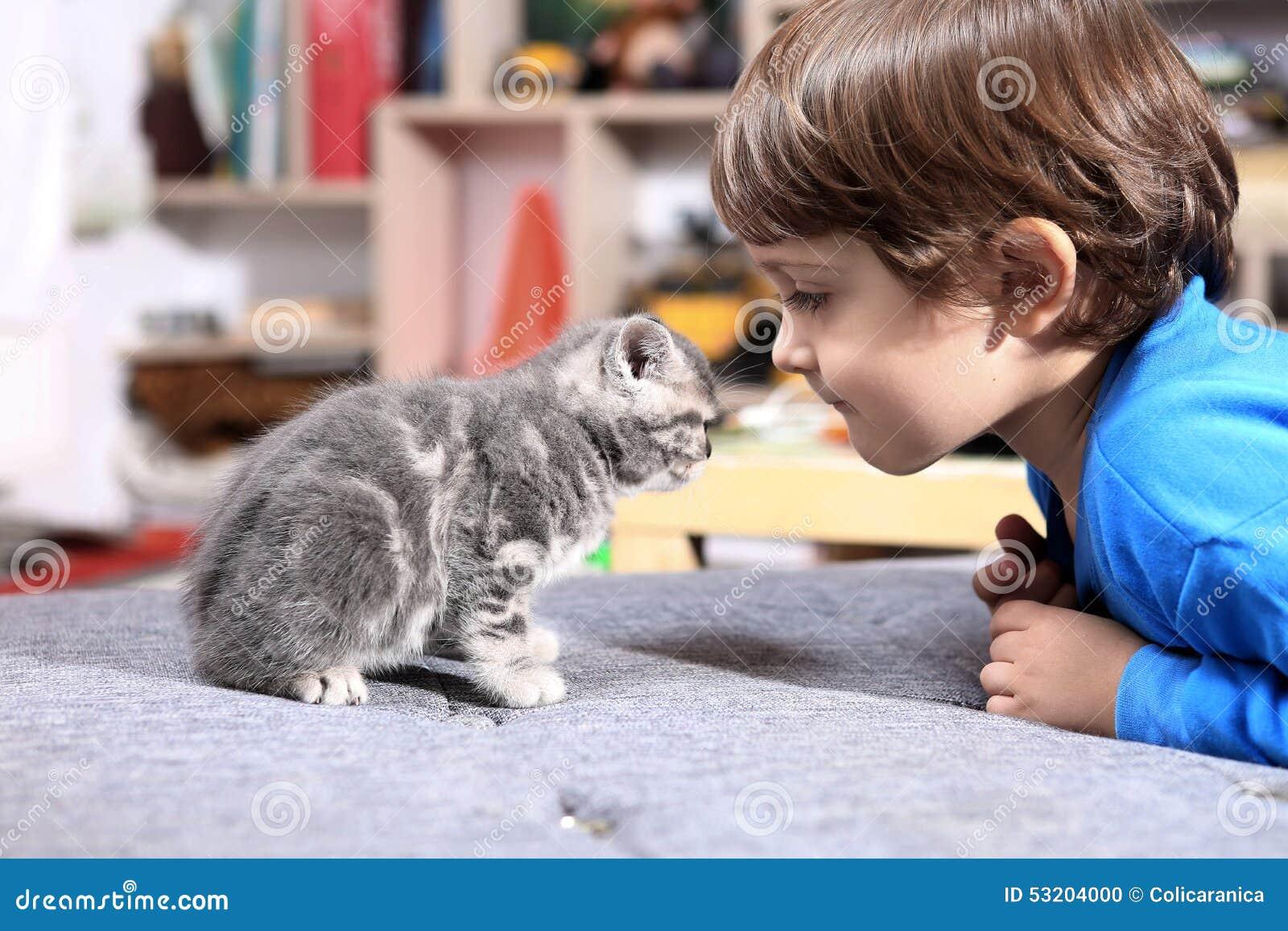 Criança com seu gatinho