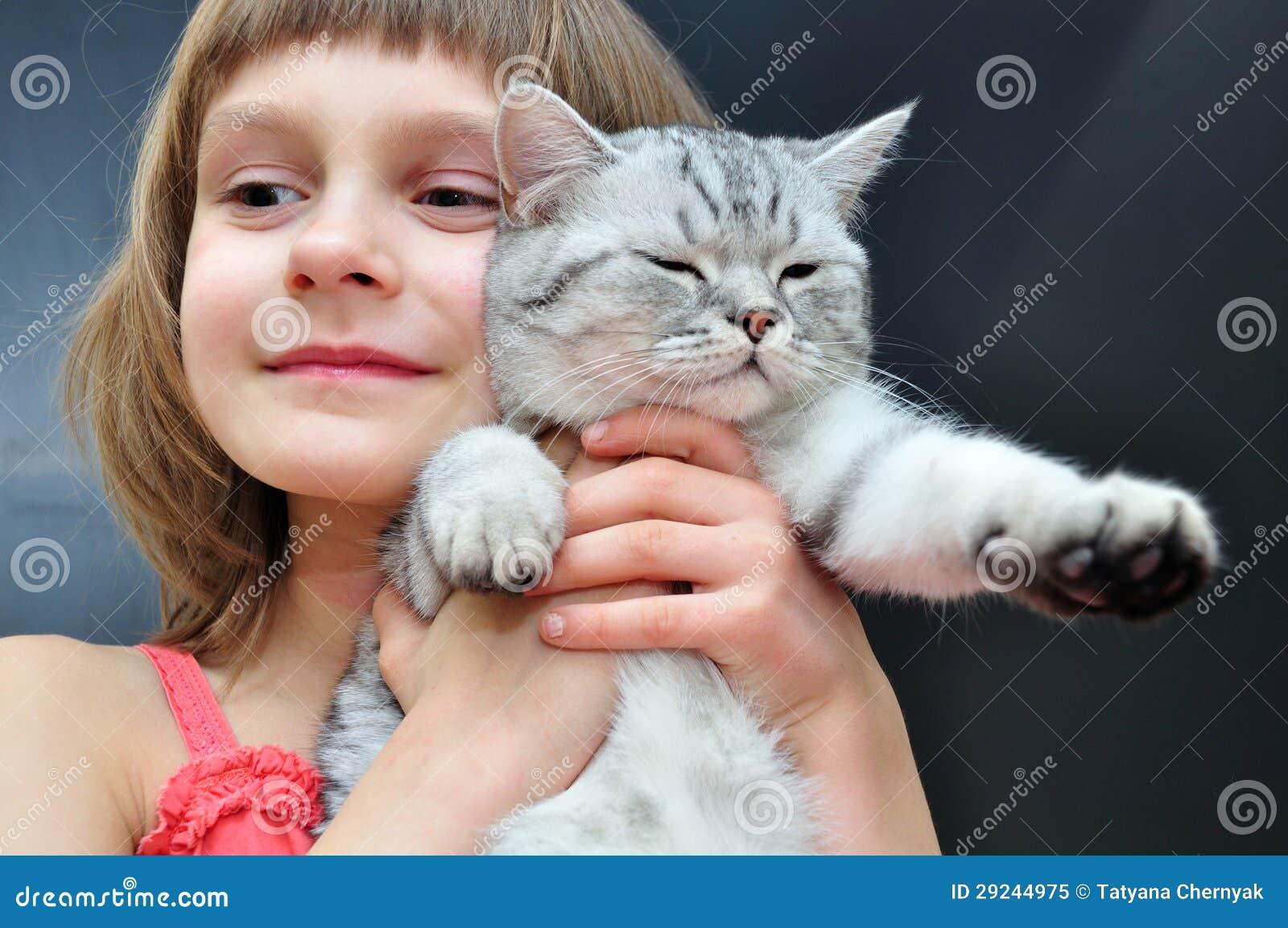 Download Criança com um gato imagem de stock. Imagem de elementar - 29244975