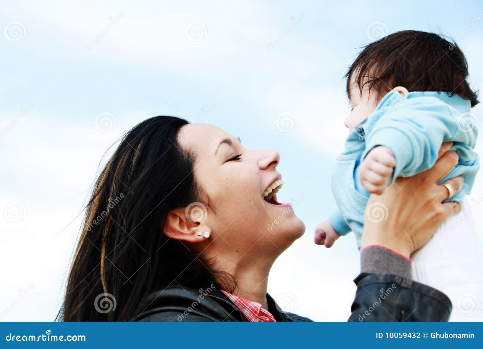 Criança da matriz feliz