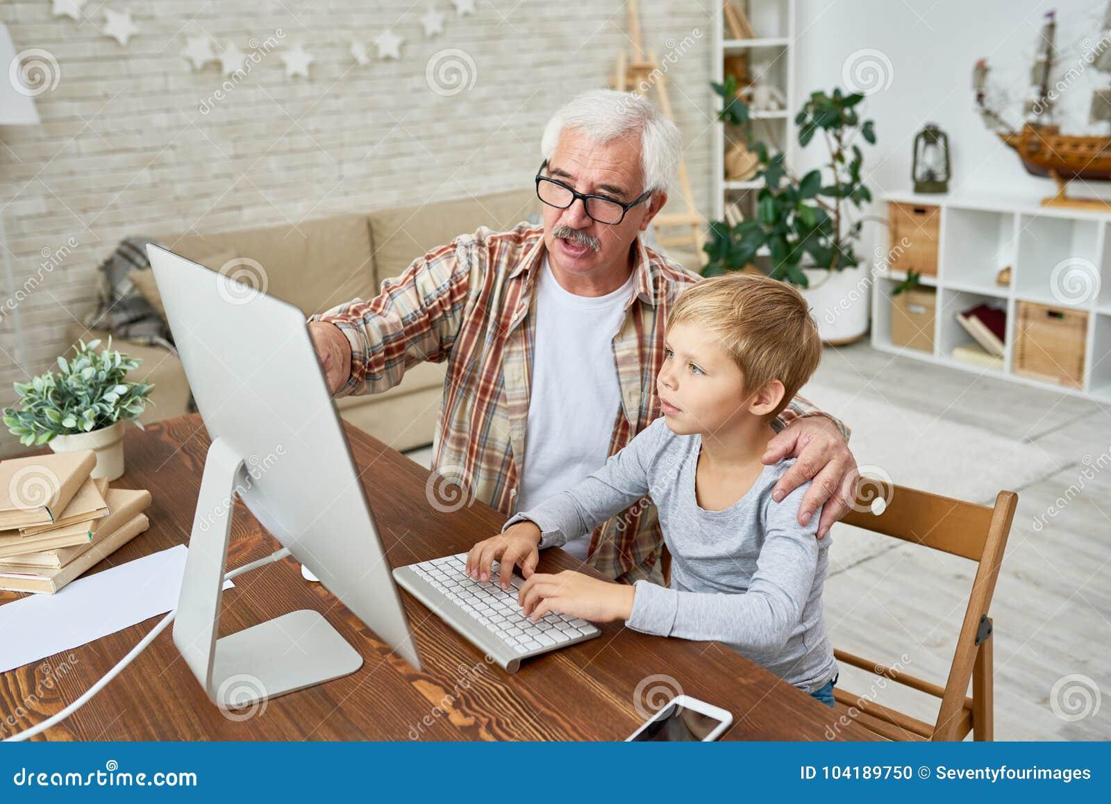 Criança de ajuda do avô com trabalhos de casa