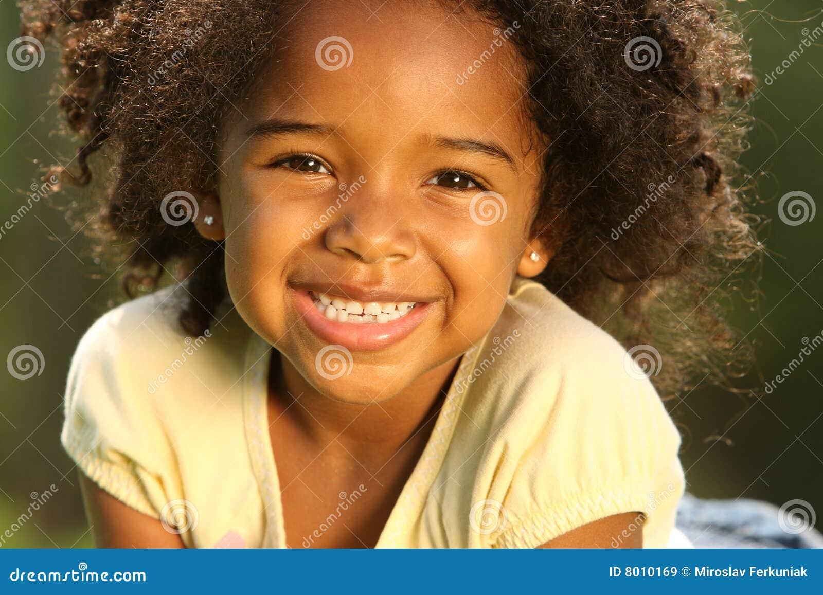 Criança de sorriso do americano africano