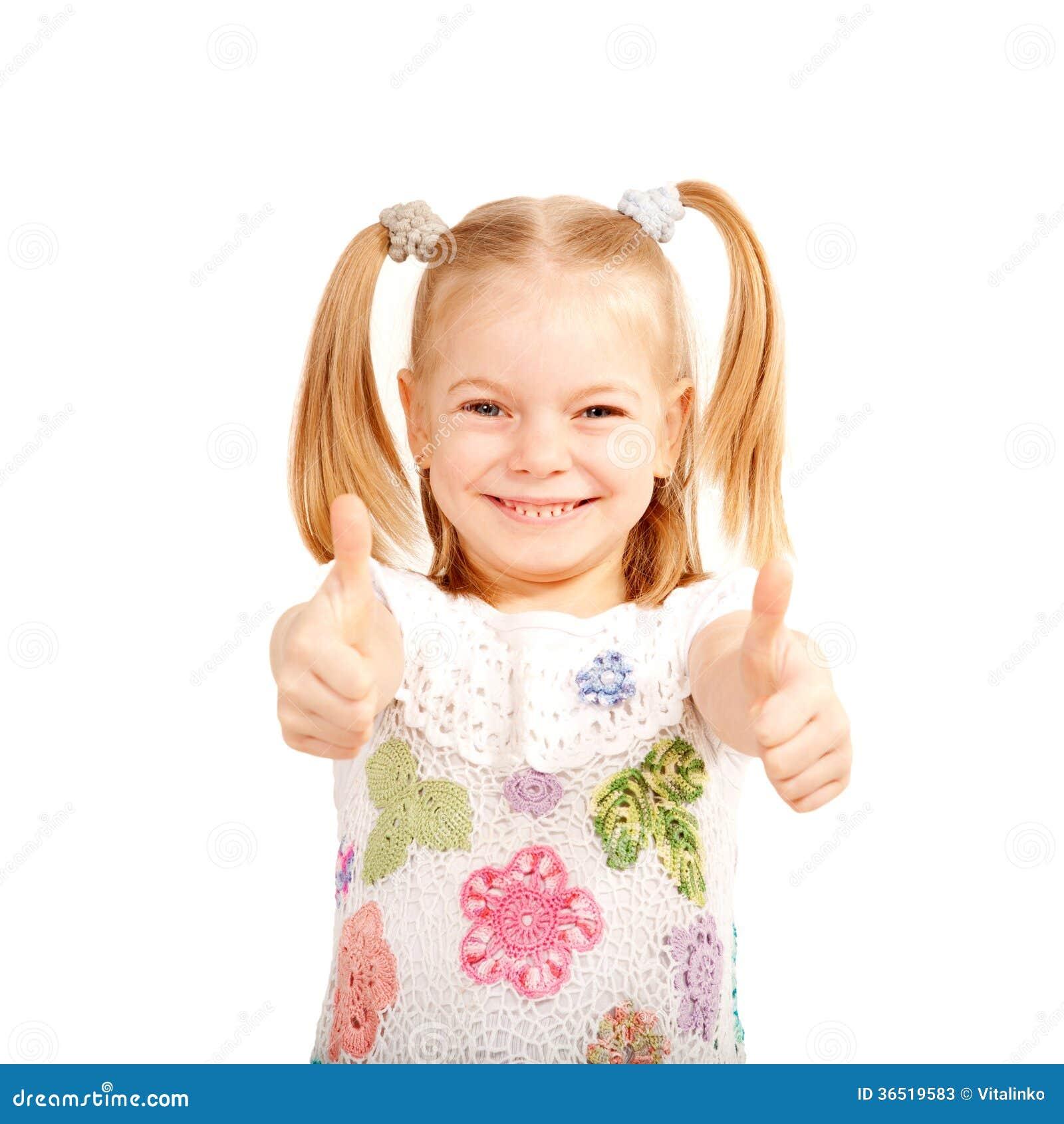 A criança de sorriso que mostra os polegares levanta o símbolo.