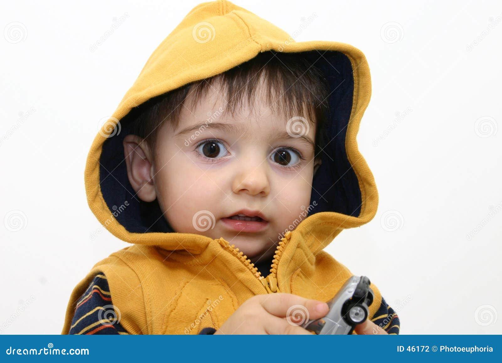 Criança do menino na roupa da queda