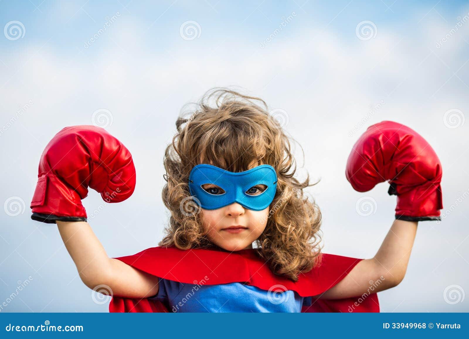 Criança do super-herói. Conceito do poder da menina