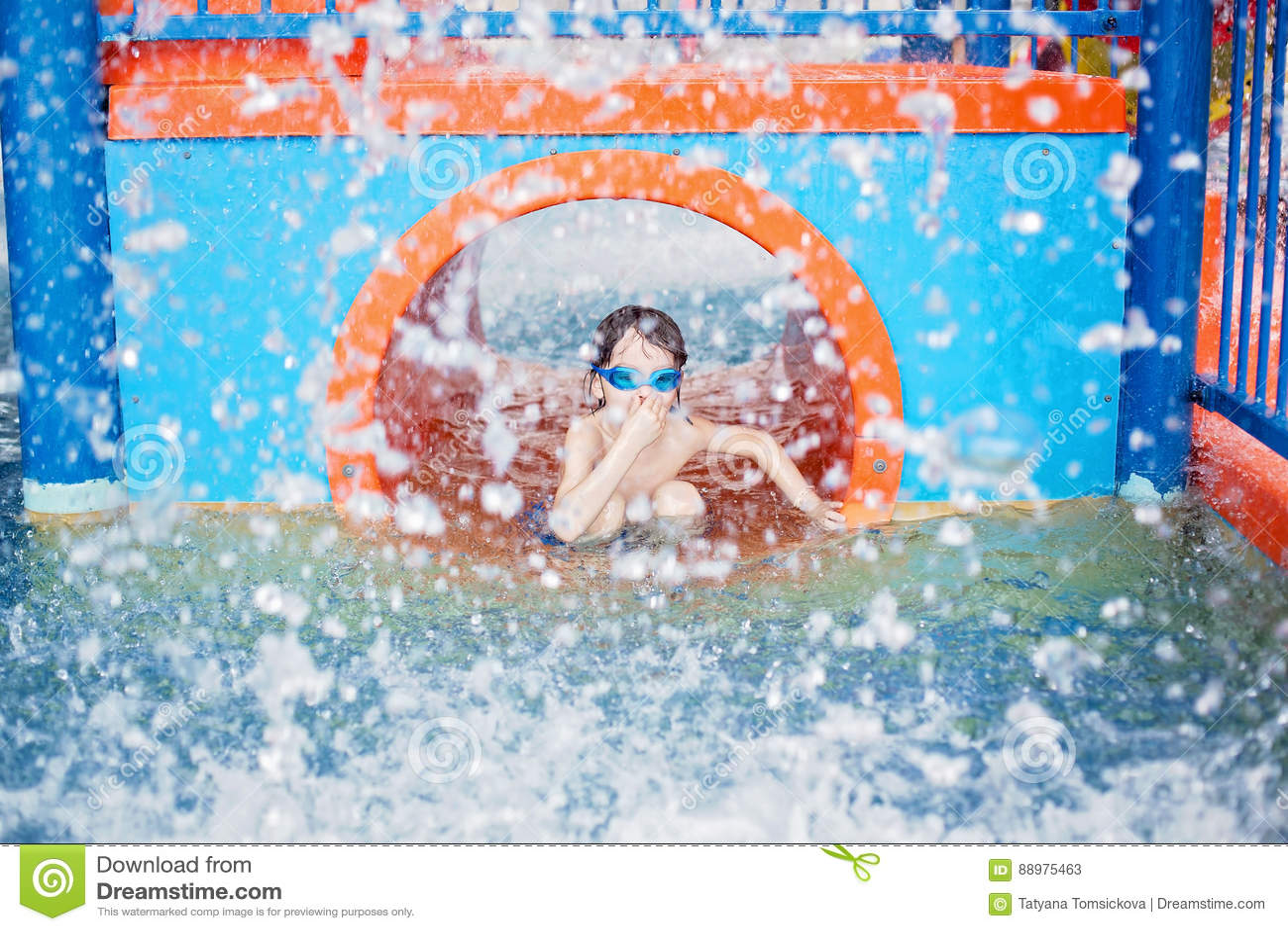 Criança doce, menino, jogando no campo de jogos do mundo da água, apreciando em