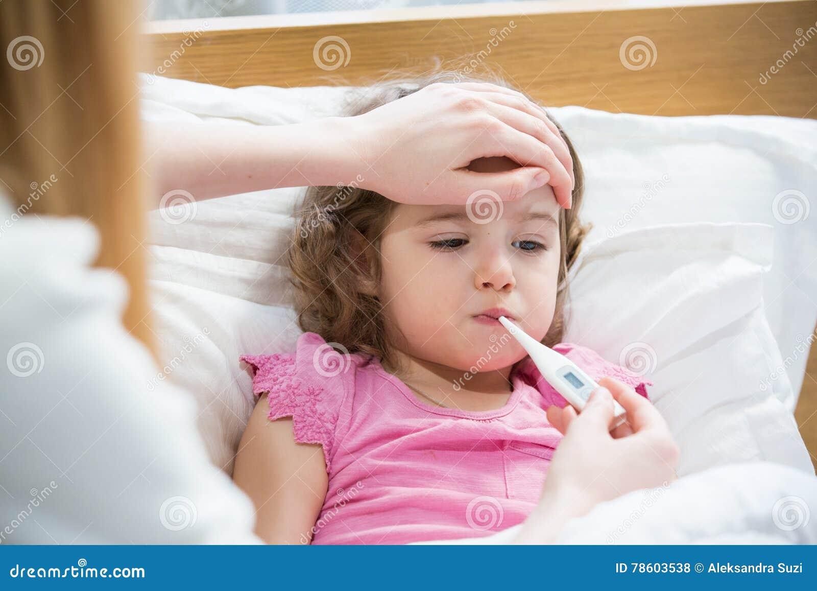 Criança doente com febre