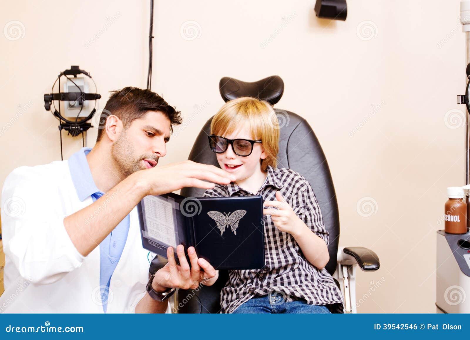 Criança dos testes do optometrista para a percepção de profundidade