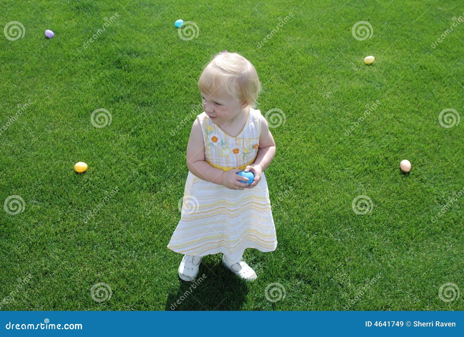 Criança e ovos de Easter
