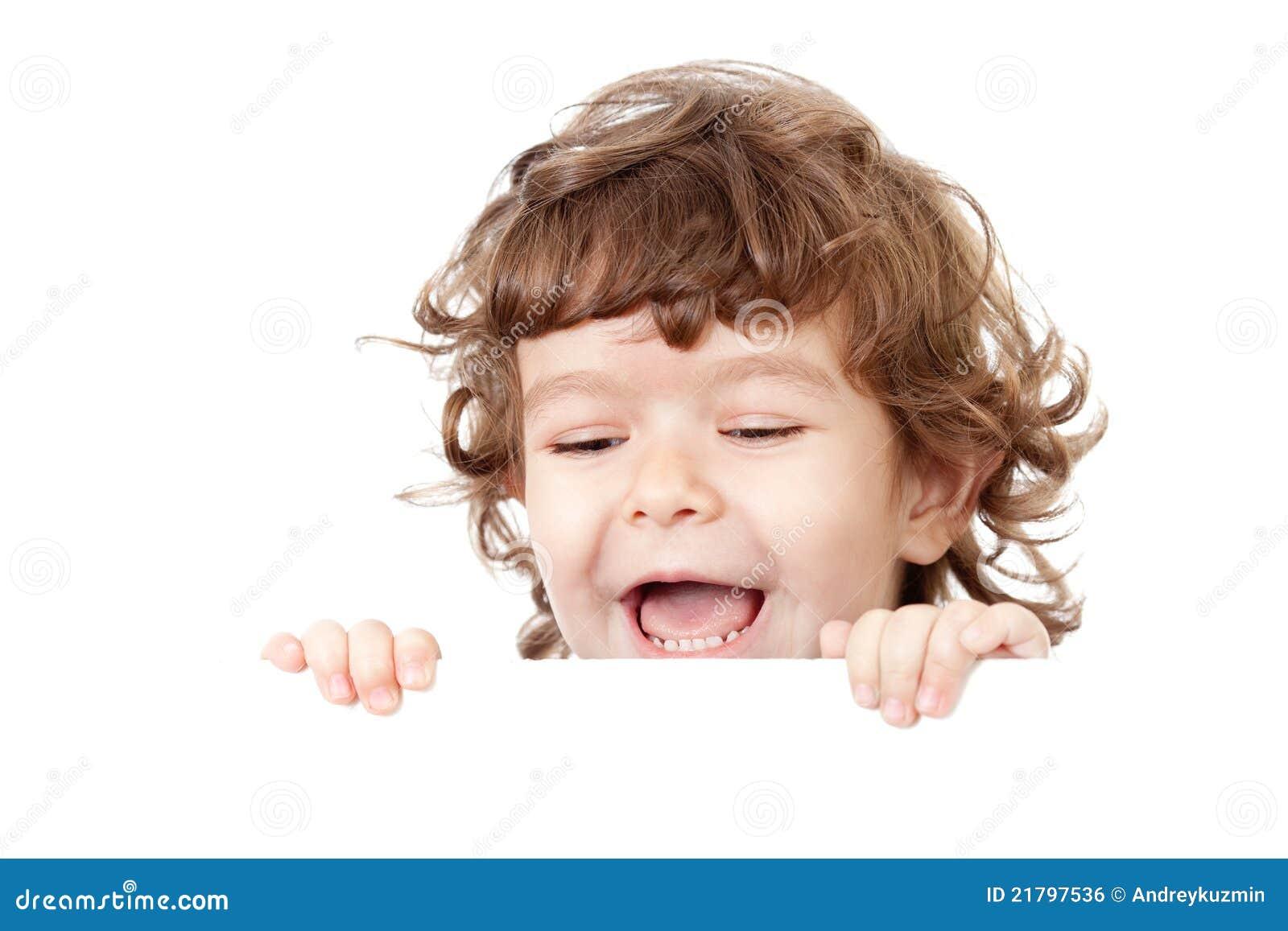 Criança engraçada Curly que prende o anúncio em branco