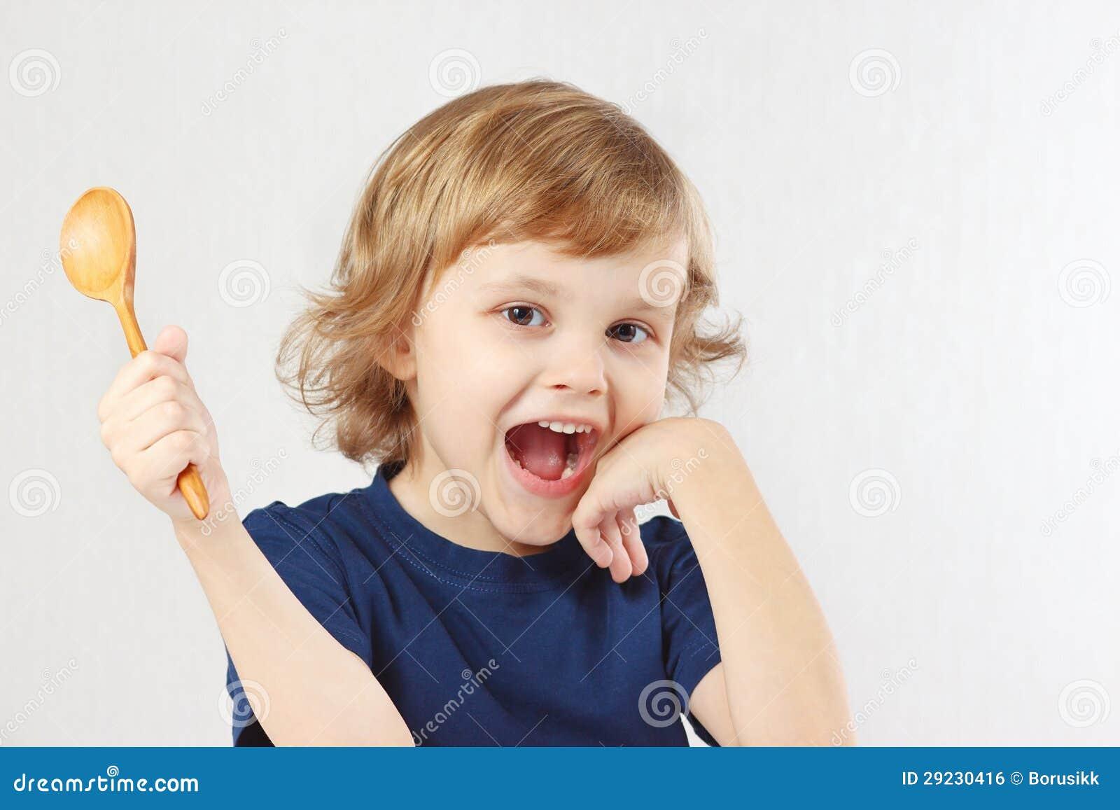Download Criança Engraçada Pequena Que Guardara A Colher De Madeira Foto de Stock - Imagem de olho, lifestyle: 29230416