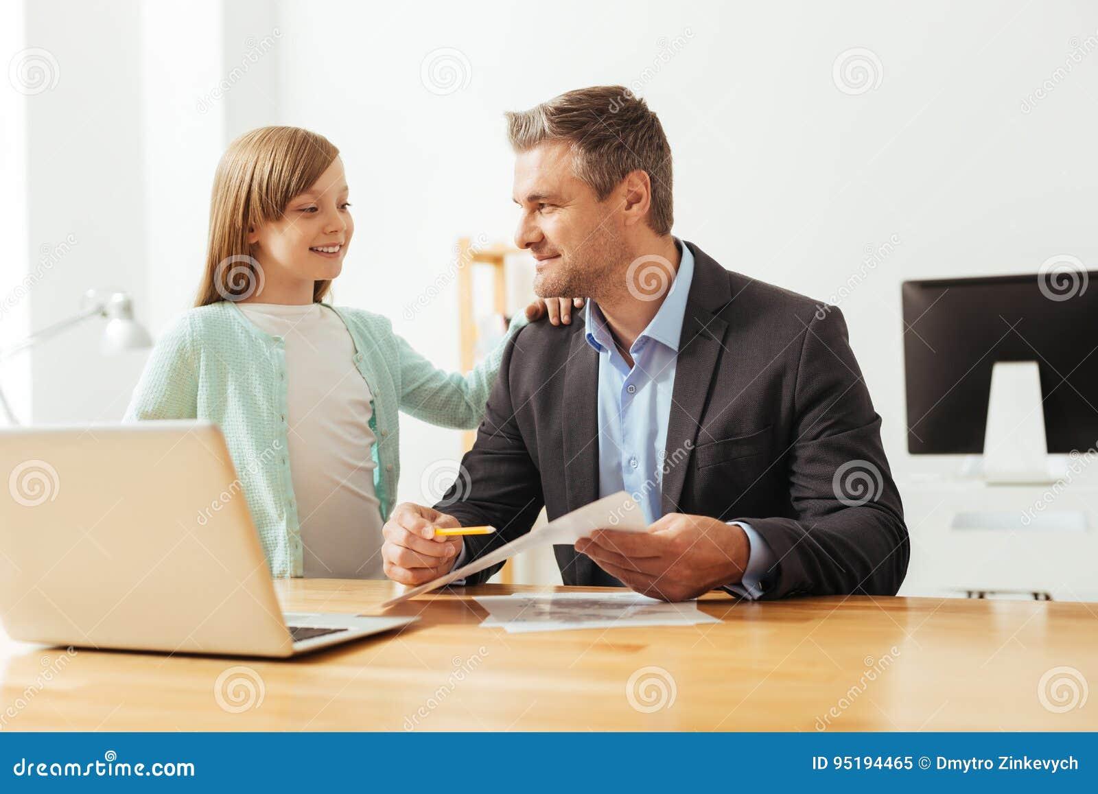 Criança esperta curiosa que pergunta paizinho sobre seu trabalho