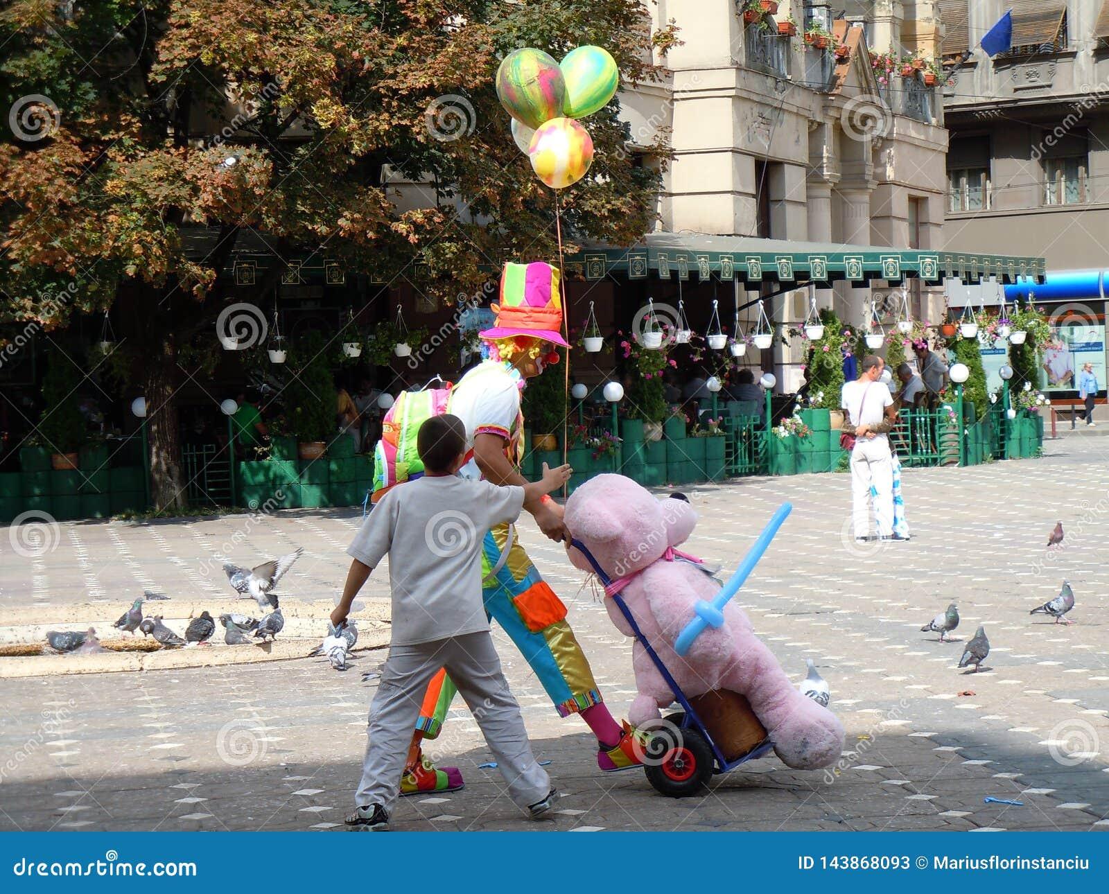 A criança exige para balões Palhaço Quadrado central