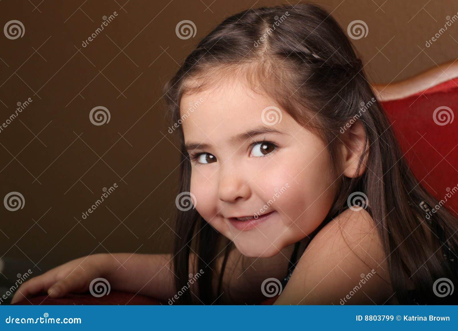 Criança fêmea consideravelmente nova com olhos bonitos