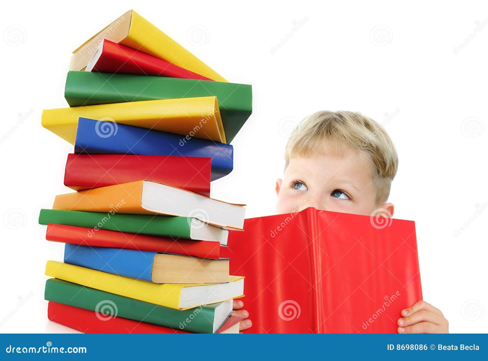 Criança feliz com livros