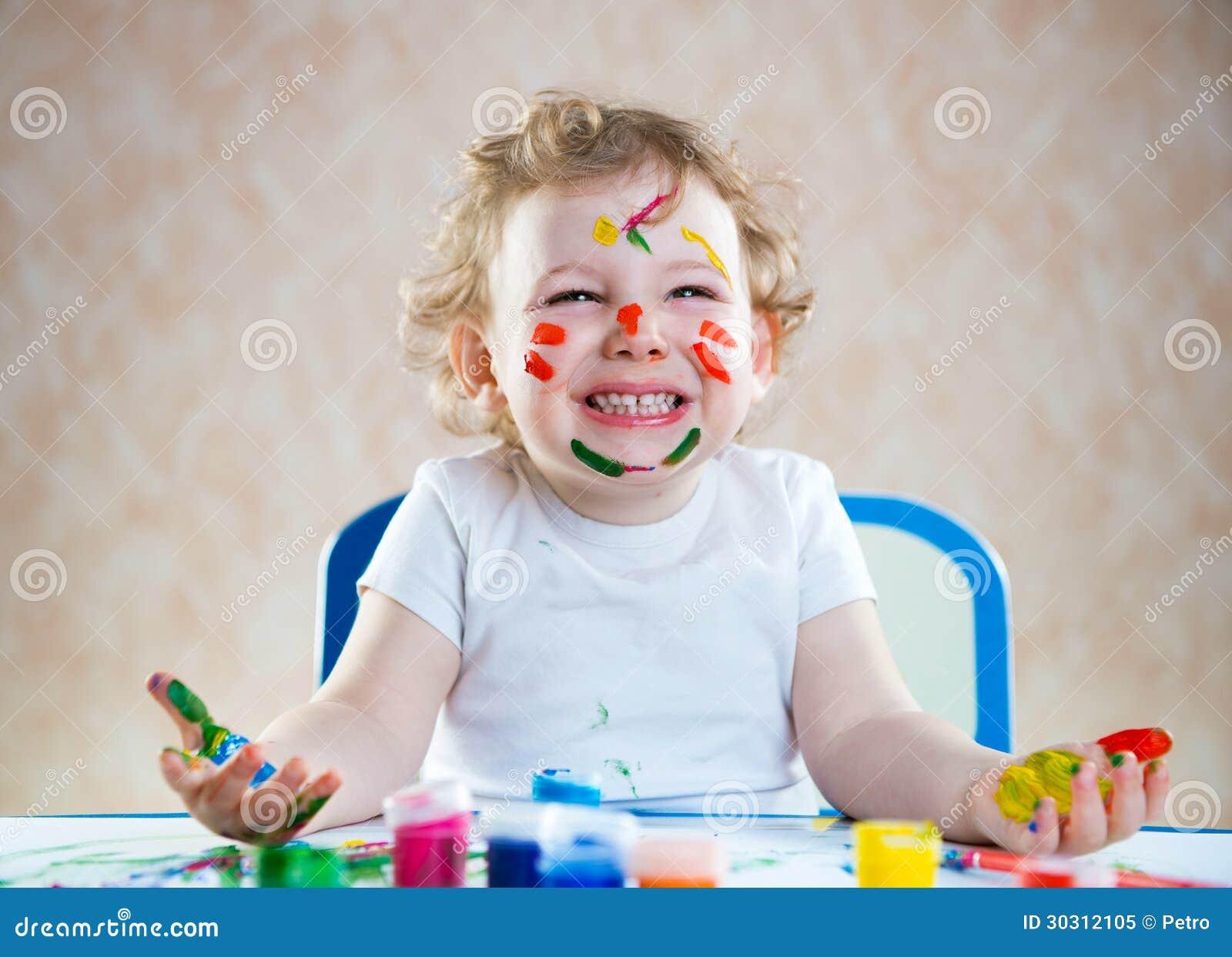 Criança feliz com mãos pintadas