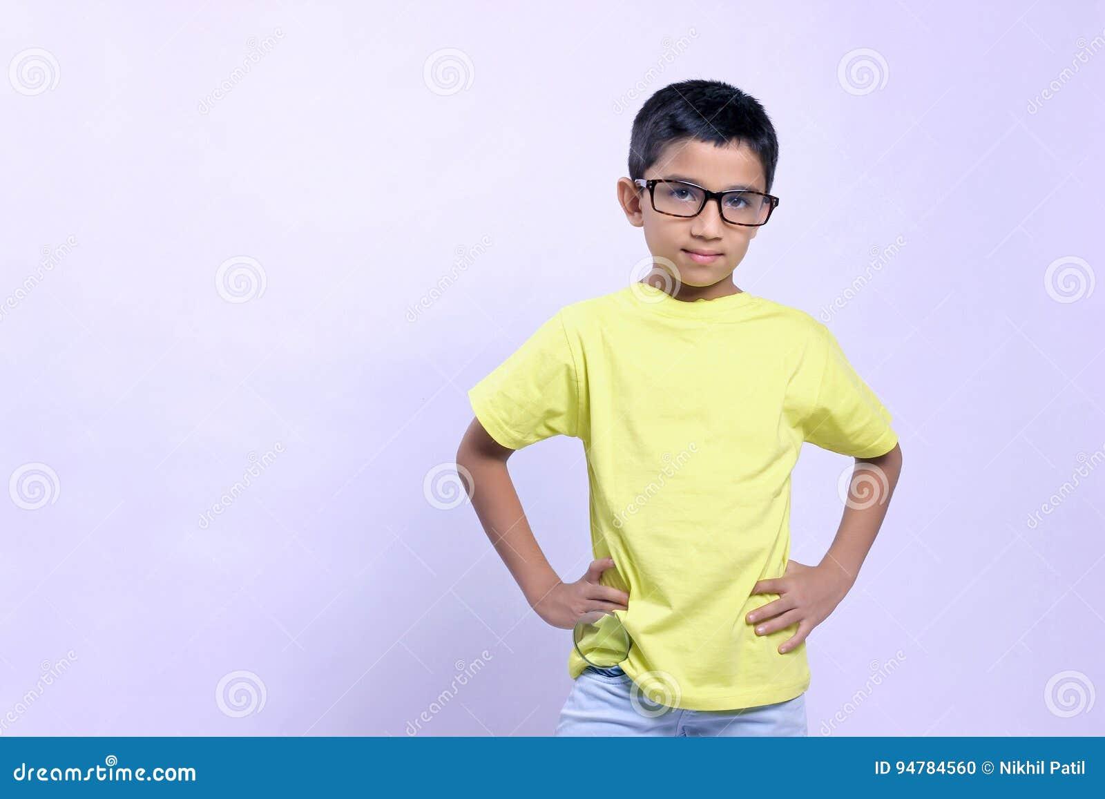 Criança indiana no monóculo