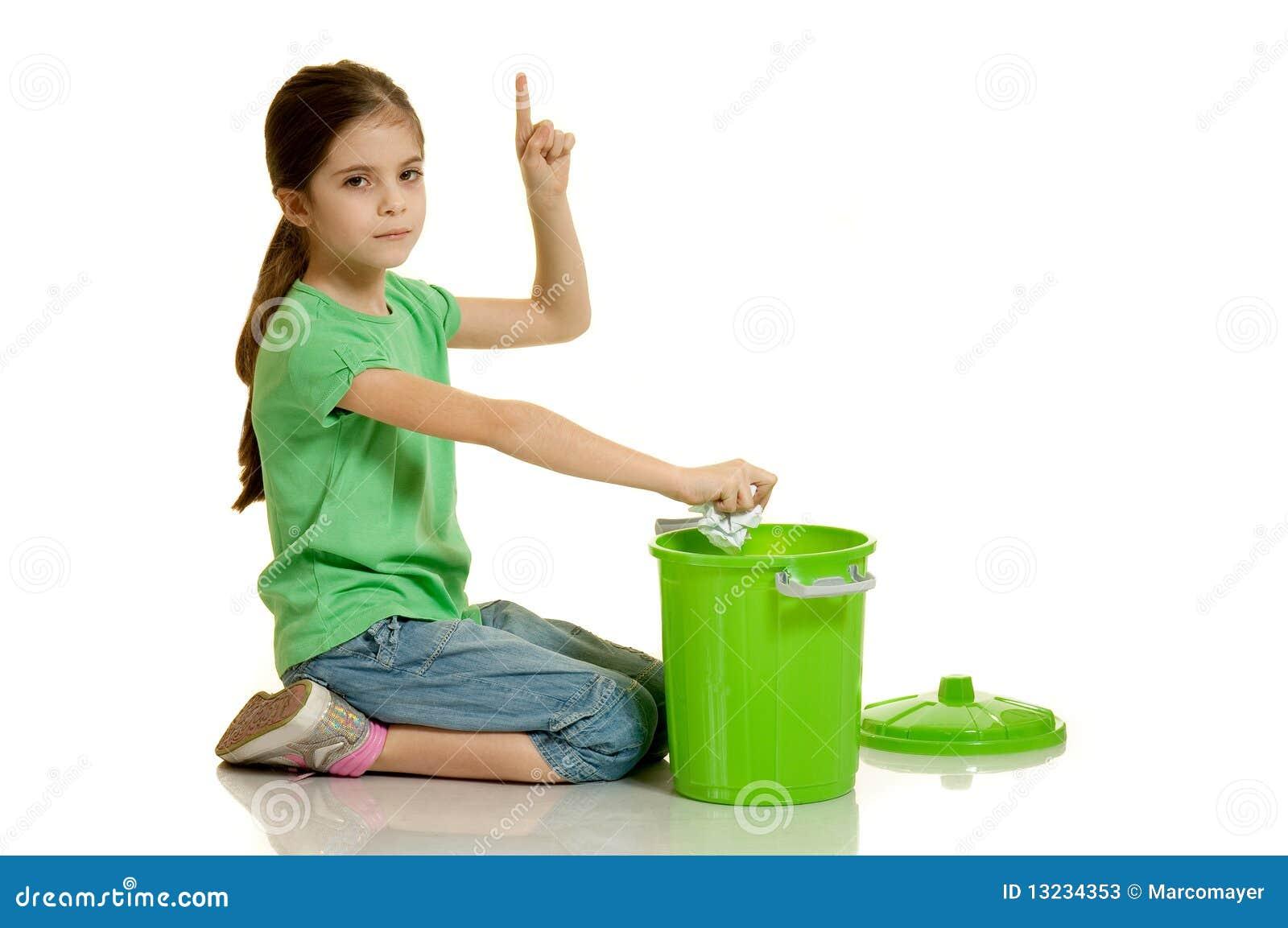 A criança joga o papel