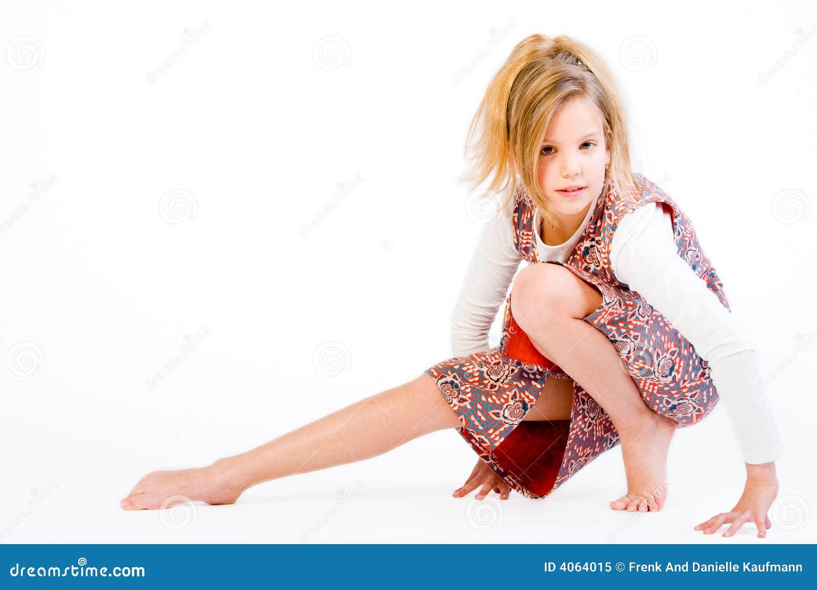 Criança loura que estica seu pé