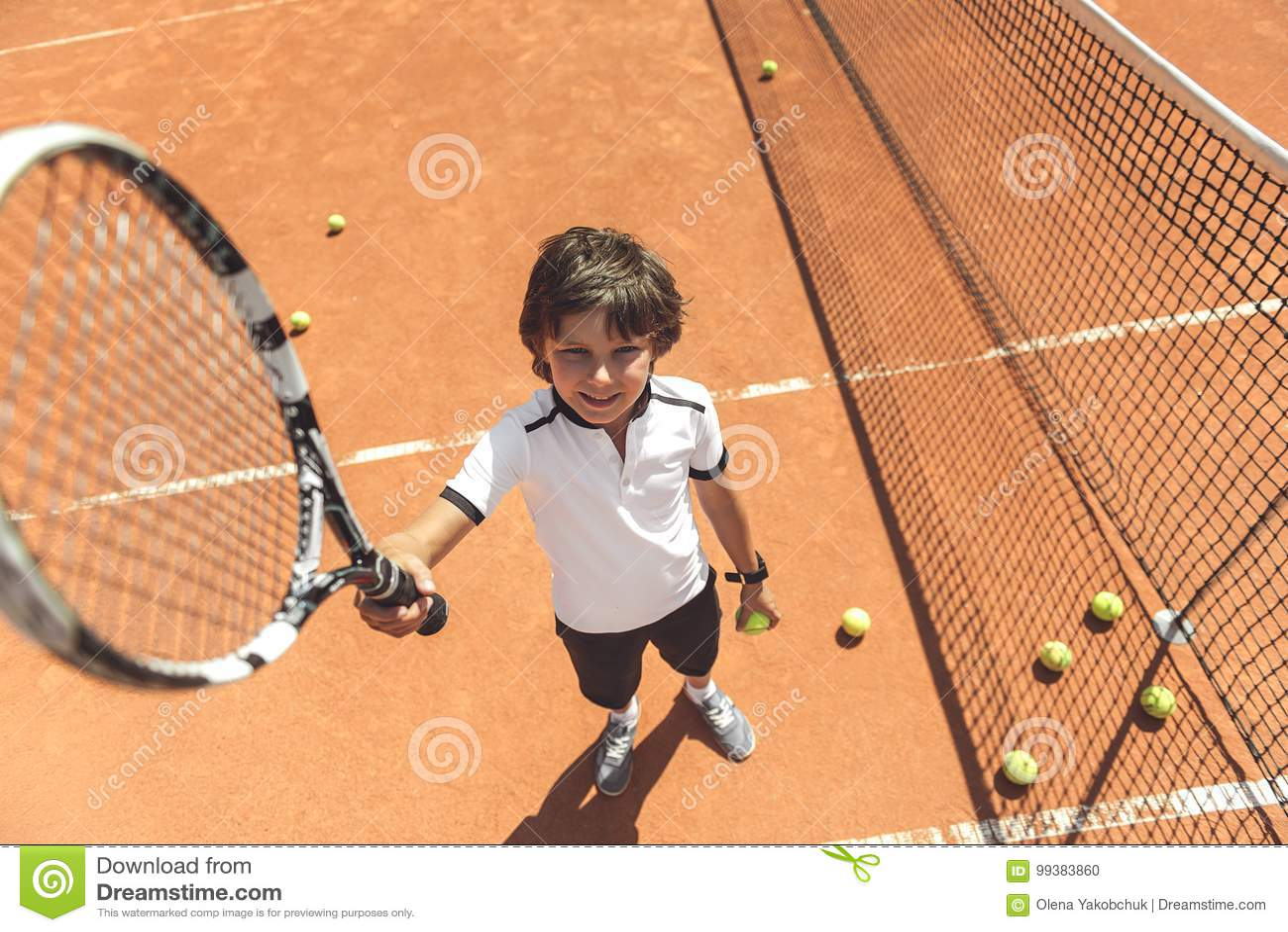 Criança masculina de sorriso divertida na corte