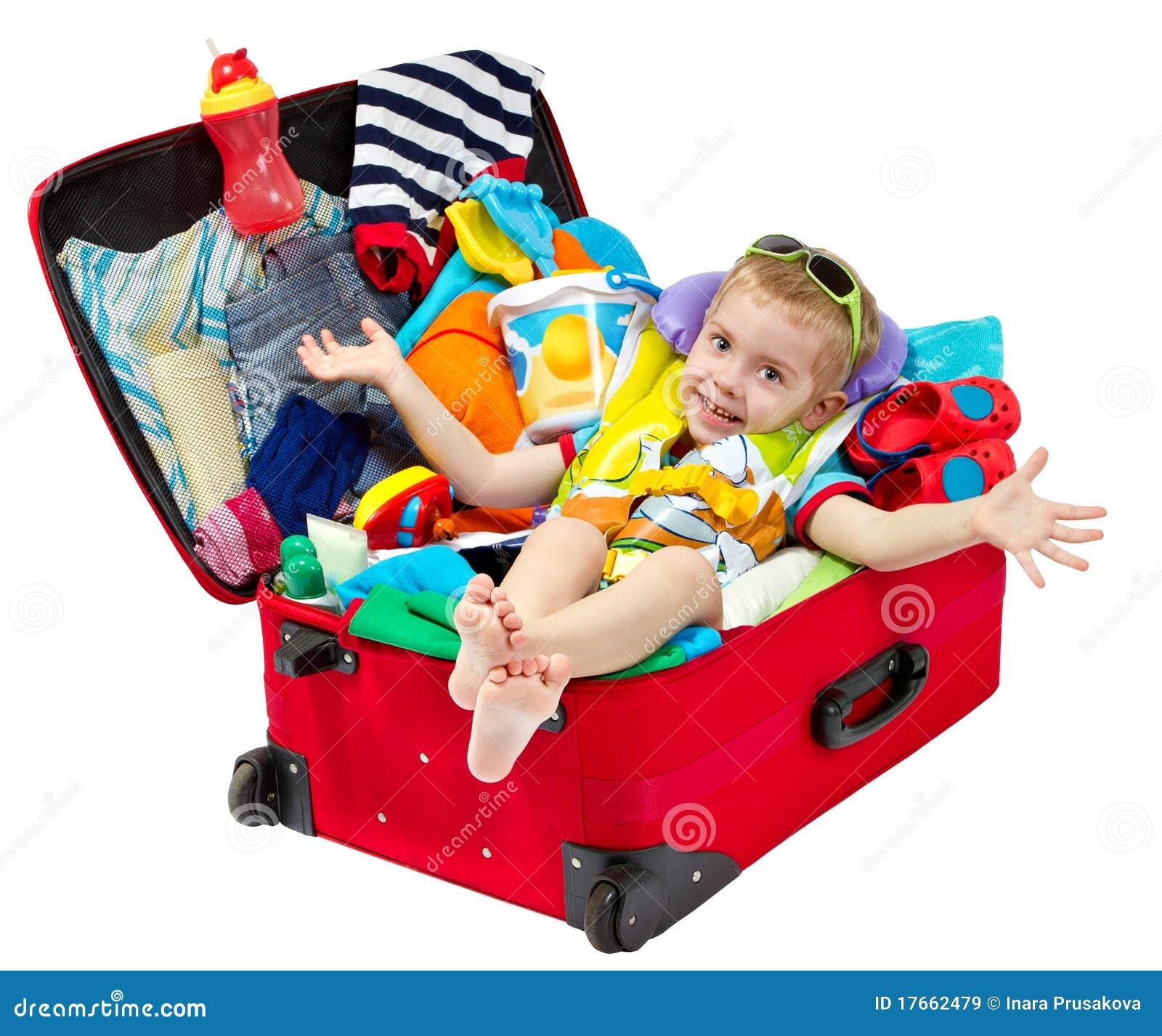 A criança na mala de viagem do curso embalou para férias