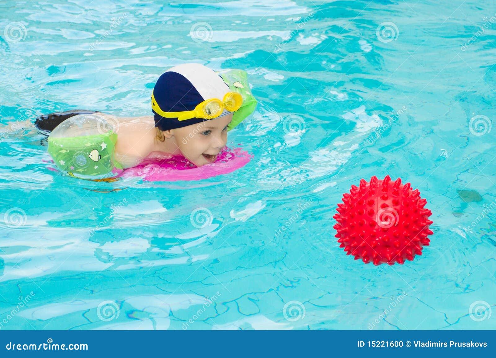 Crian a na piscina foto de stock imagem 15221600 - Business plan piscina ...