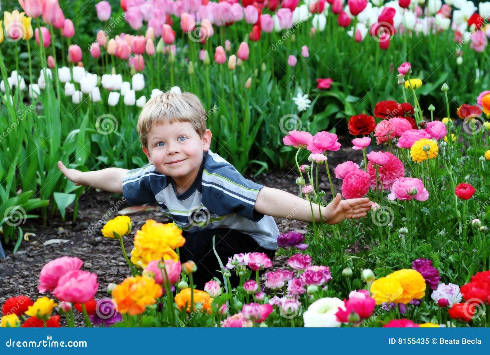 Criança nas flores