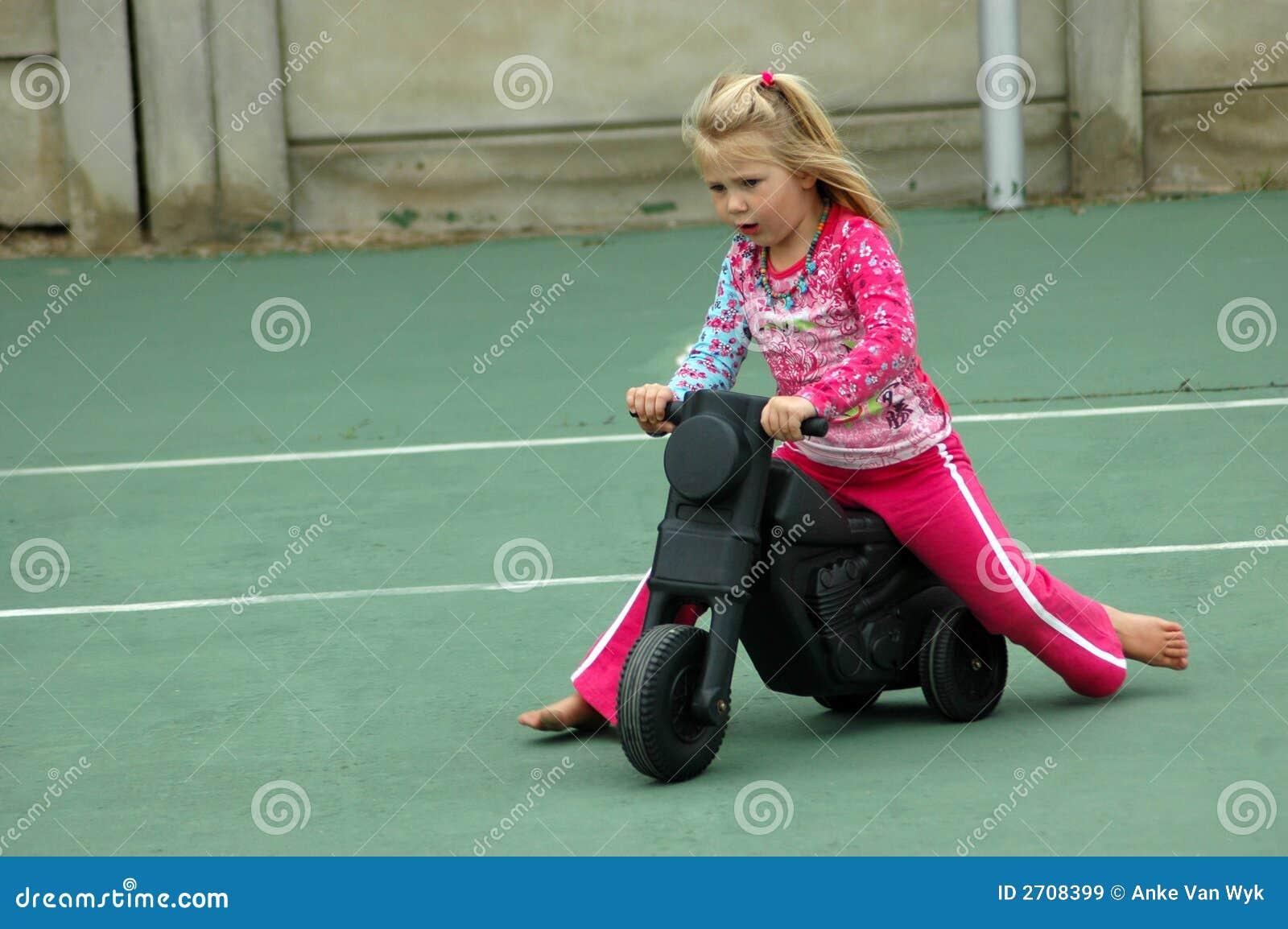 Criança no campo de jogos