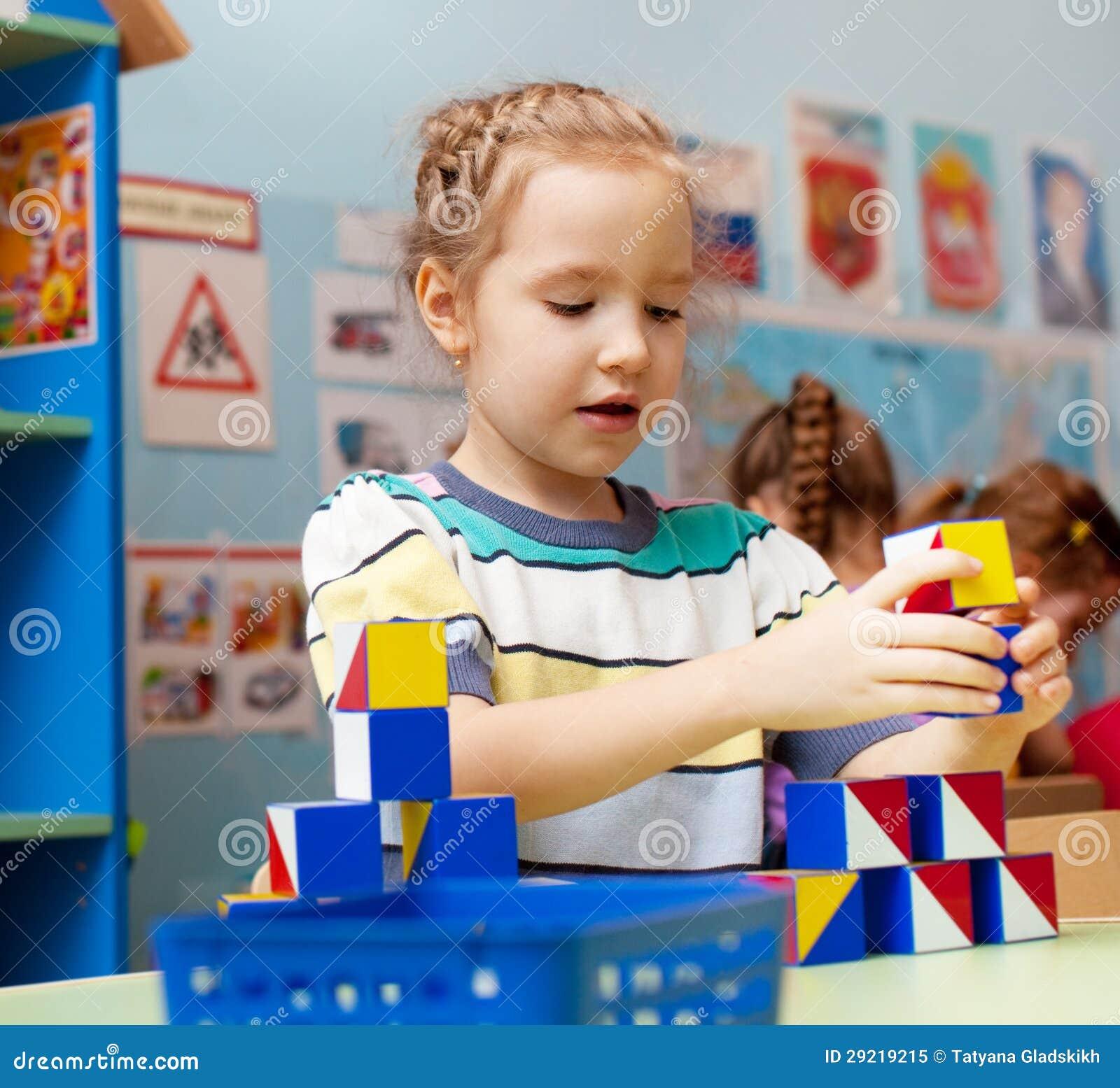banco de jardim vetor:Foto de Stock Royalty Free: Criança no jardim de infância