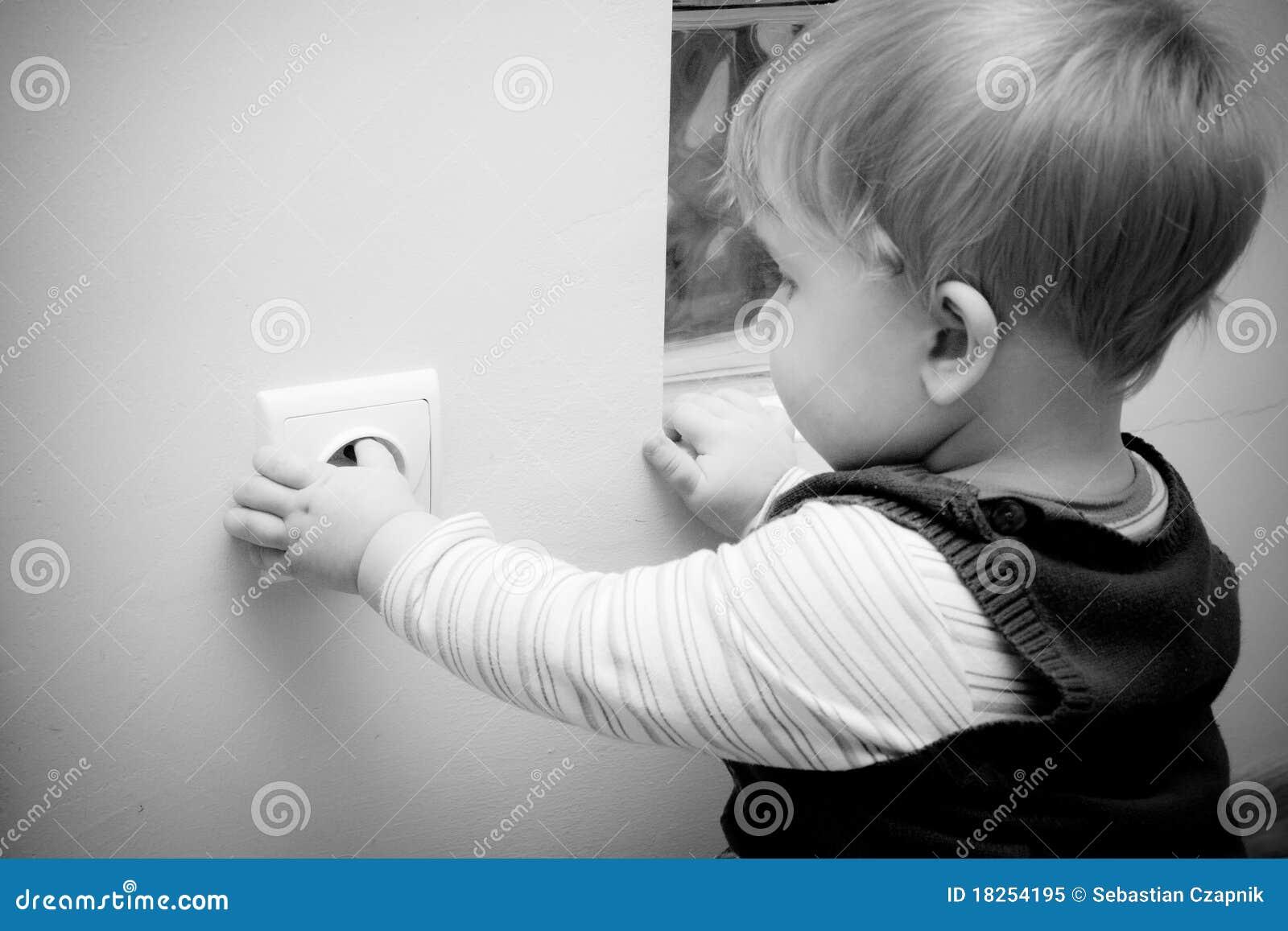 Criança no soquete elétrico
